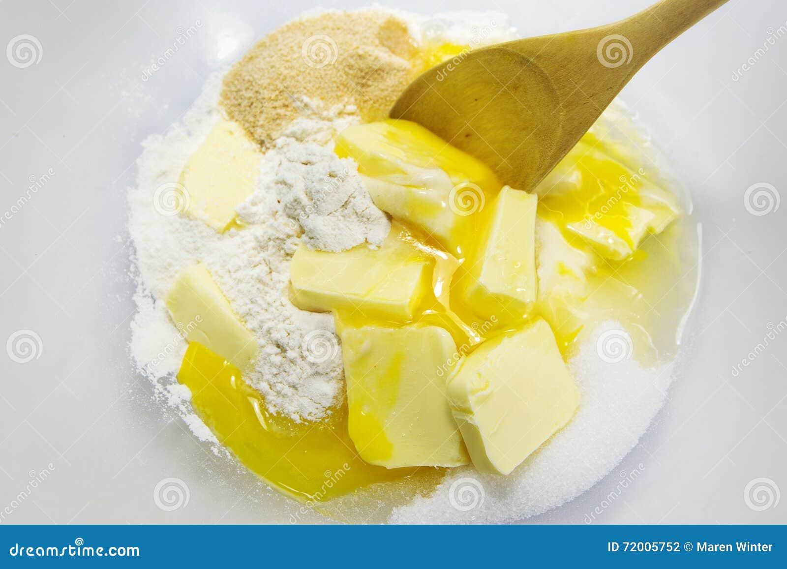 Ingrediënten voor shortcrustgebakje als bloem, eieren, boter en sug