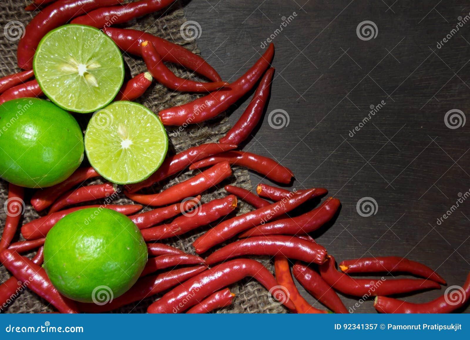 Ingrediëntenkalk en Spaanse pepers op Donker Hout