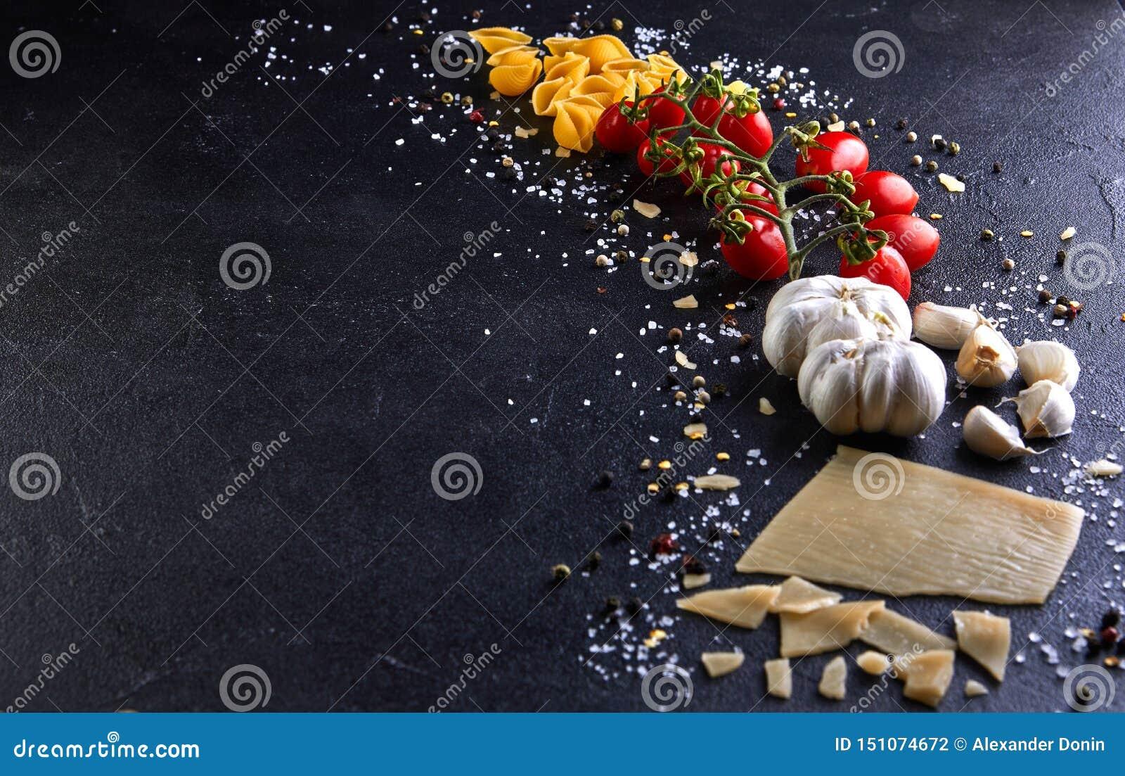 Ingredienser för att laga mat pasta på en svart bakgrund