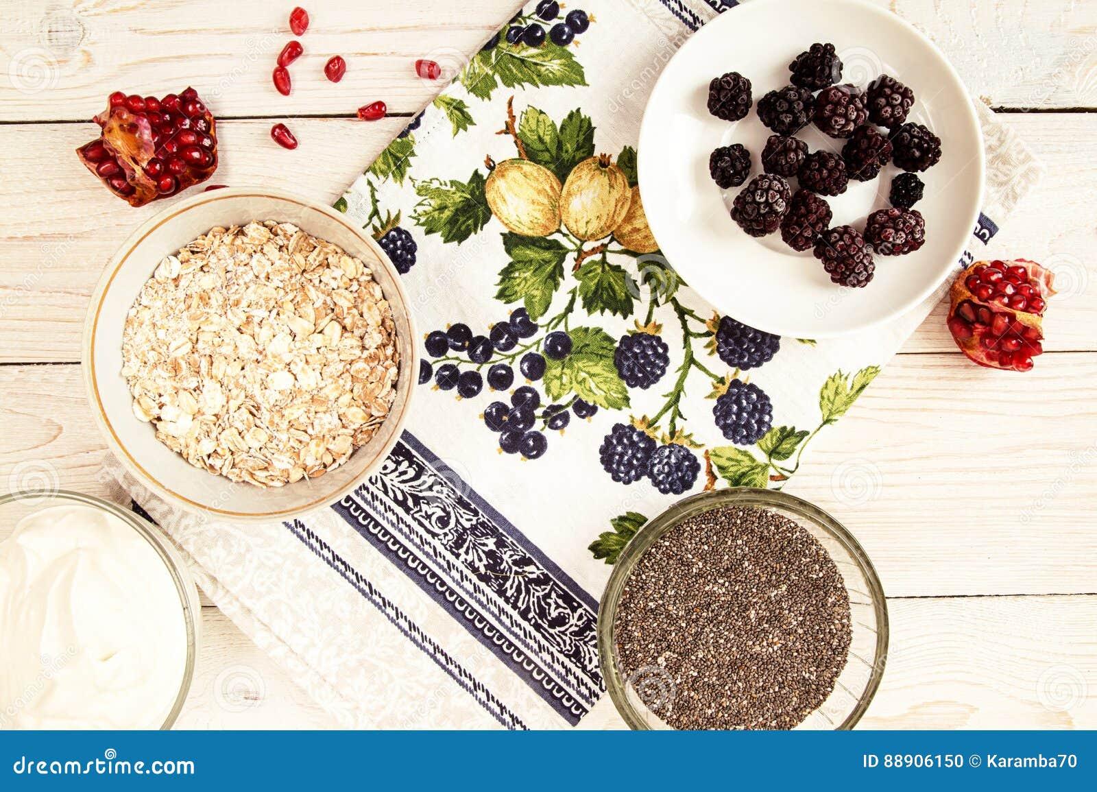 Ingrediente para preparar el desayuno sano: chia, muesli, congelado
