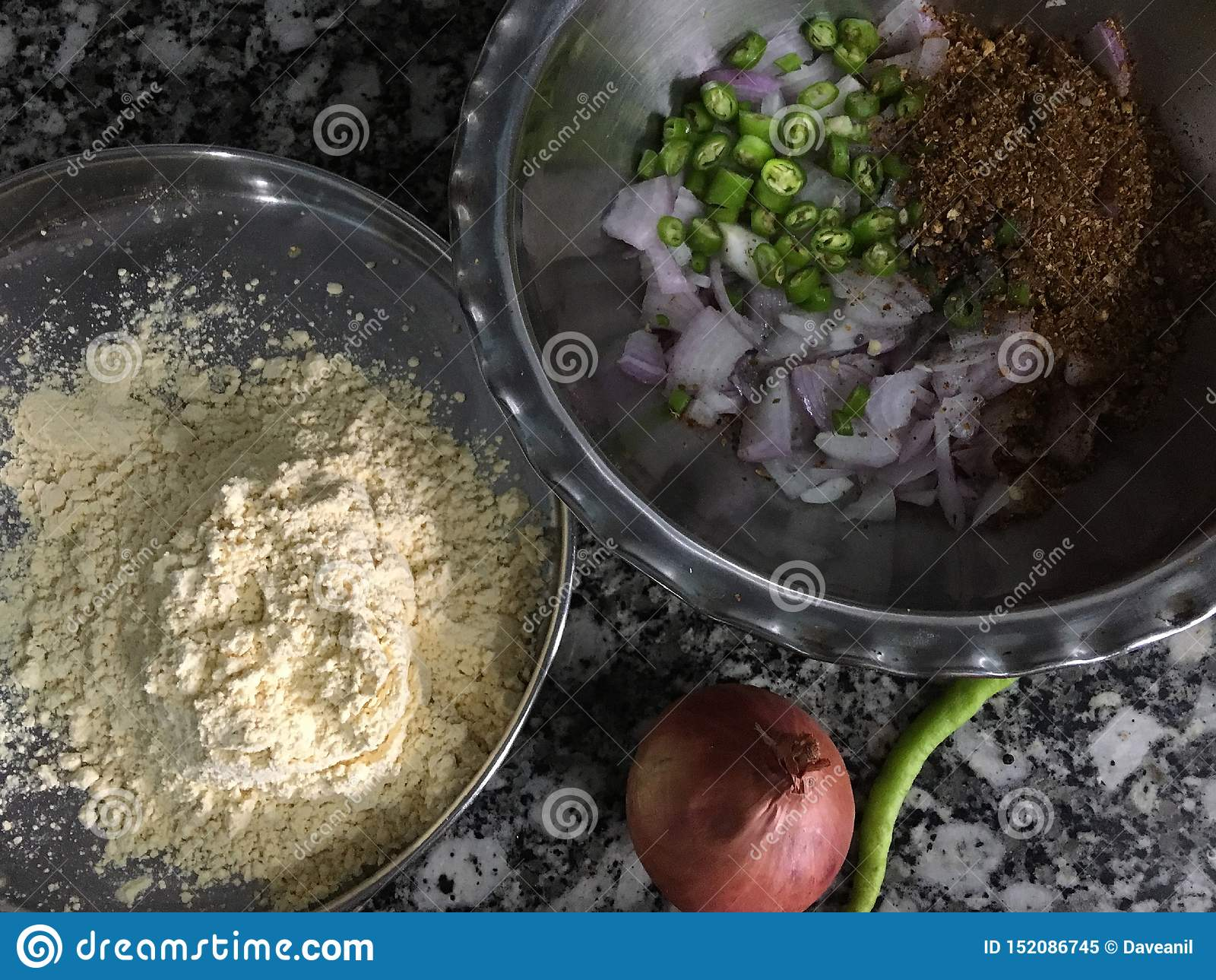 Ingredientes alinhados para o bhajiOnion Pakora do kanda na ÍNDIA de Kalyan Maharashtra da monção