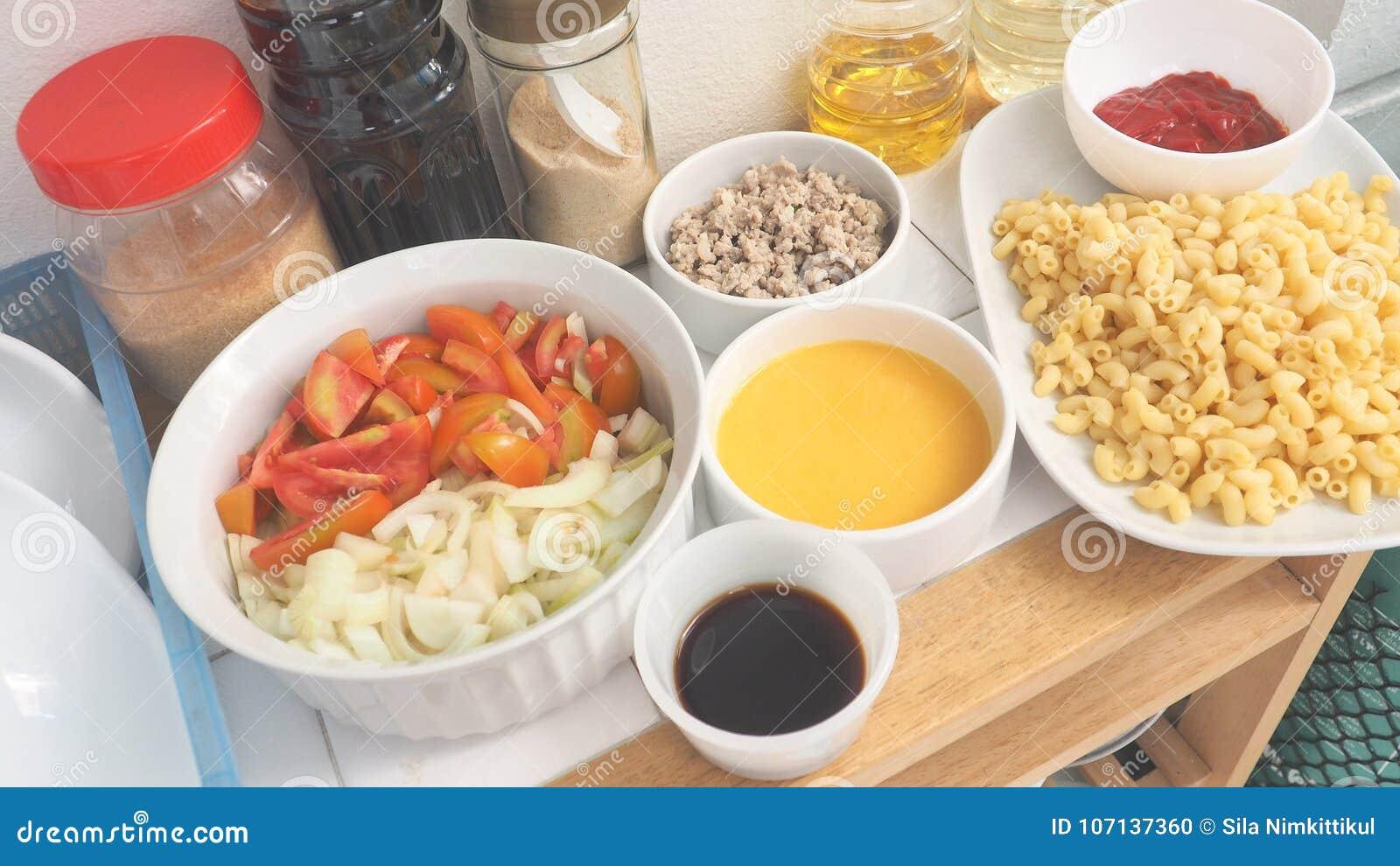 Ingredientes Con El Condimento Y Para Hacer Los Macarrones O