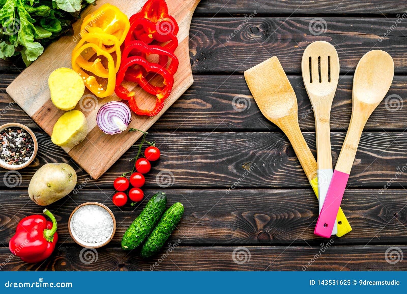 Ingredientes de alimentos frescos para a cozinha do vegetariano na opinião superior do fundo de madeira