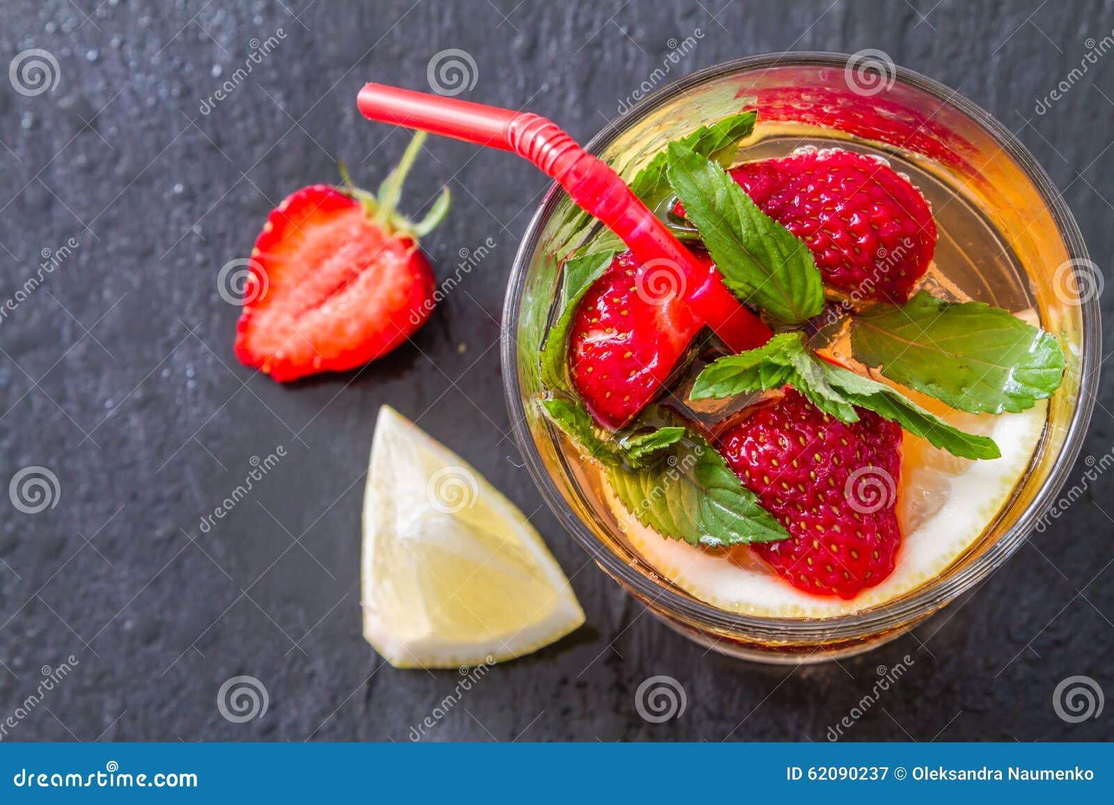 Ingredientes de la limonada de la fresa con la menta fondo de piedra oscuro foto de archivo - Fresas para piedra ...