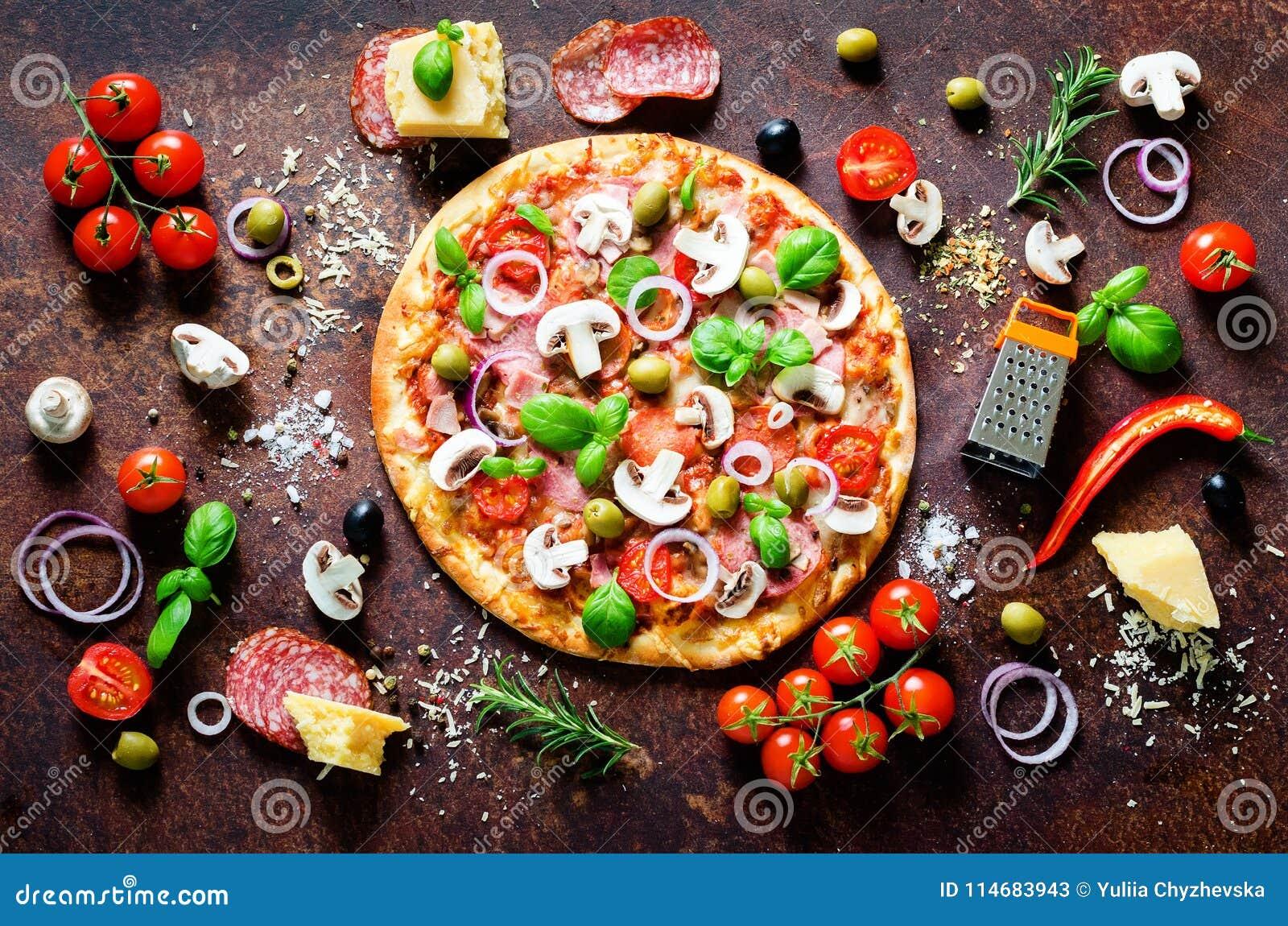 Ingredientes e especiarias de alimento para cozinhar a pizza italiana deliciosa Cogumelos, tomates, queijo, cebola, óleo, pimenta