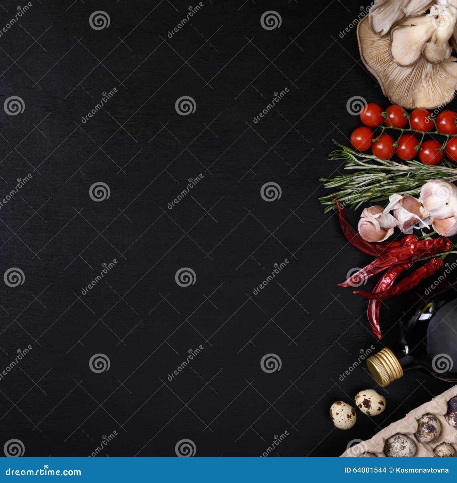 Ingredientes italianos da cozinha no fundo escuro Alimento do vegetariano, saúde ou conceito do cozimento Vista superior e espaço