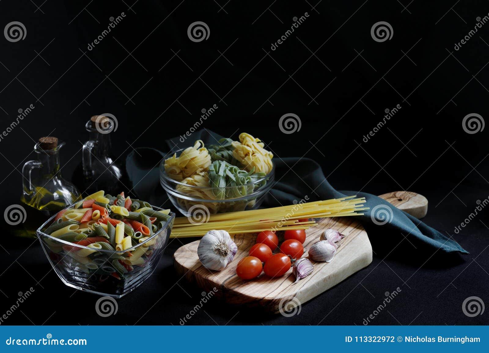 Ingredientes oscuros de las pastas de la comida del claroscuro