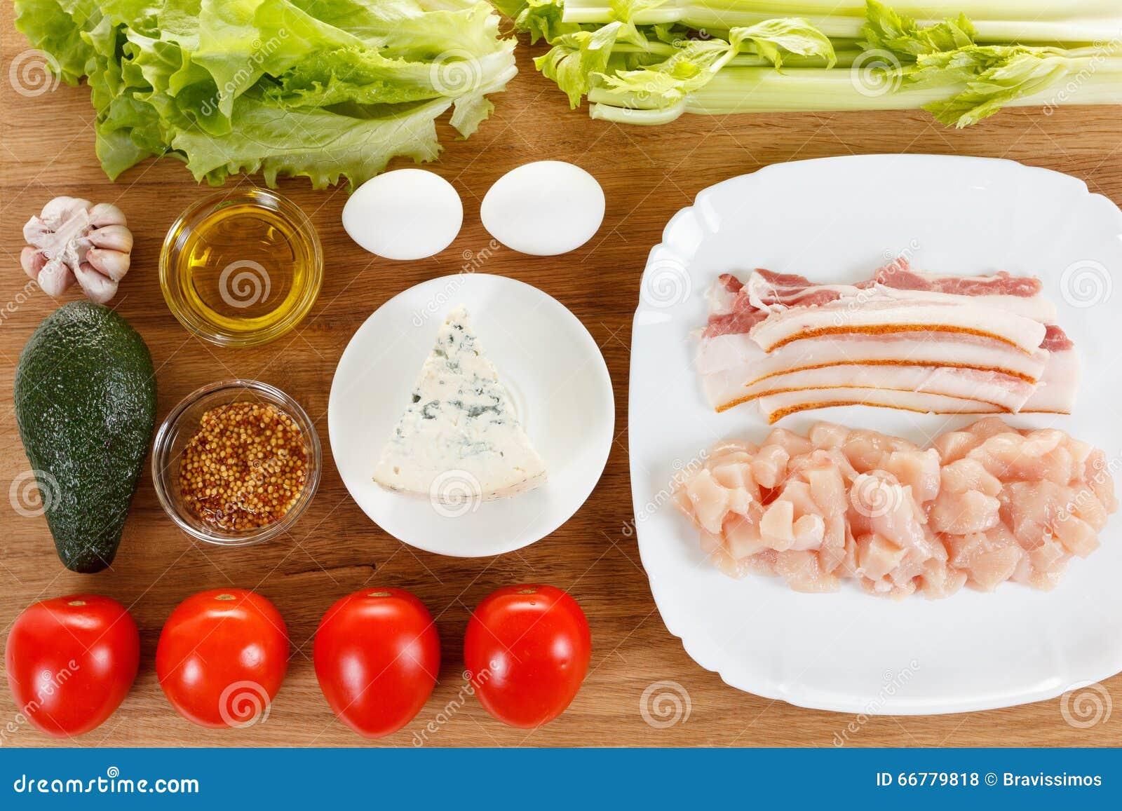 Ingredientes para cocinar la ensalada tradicional de Cobb del americano