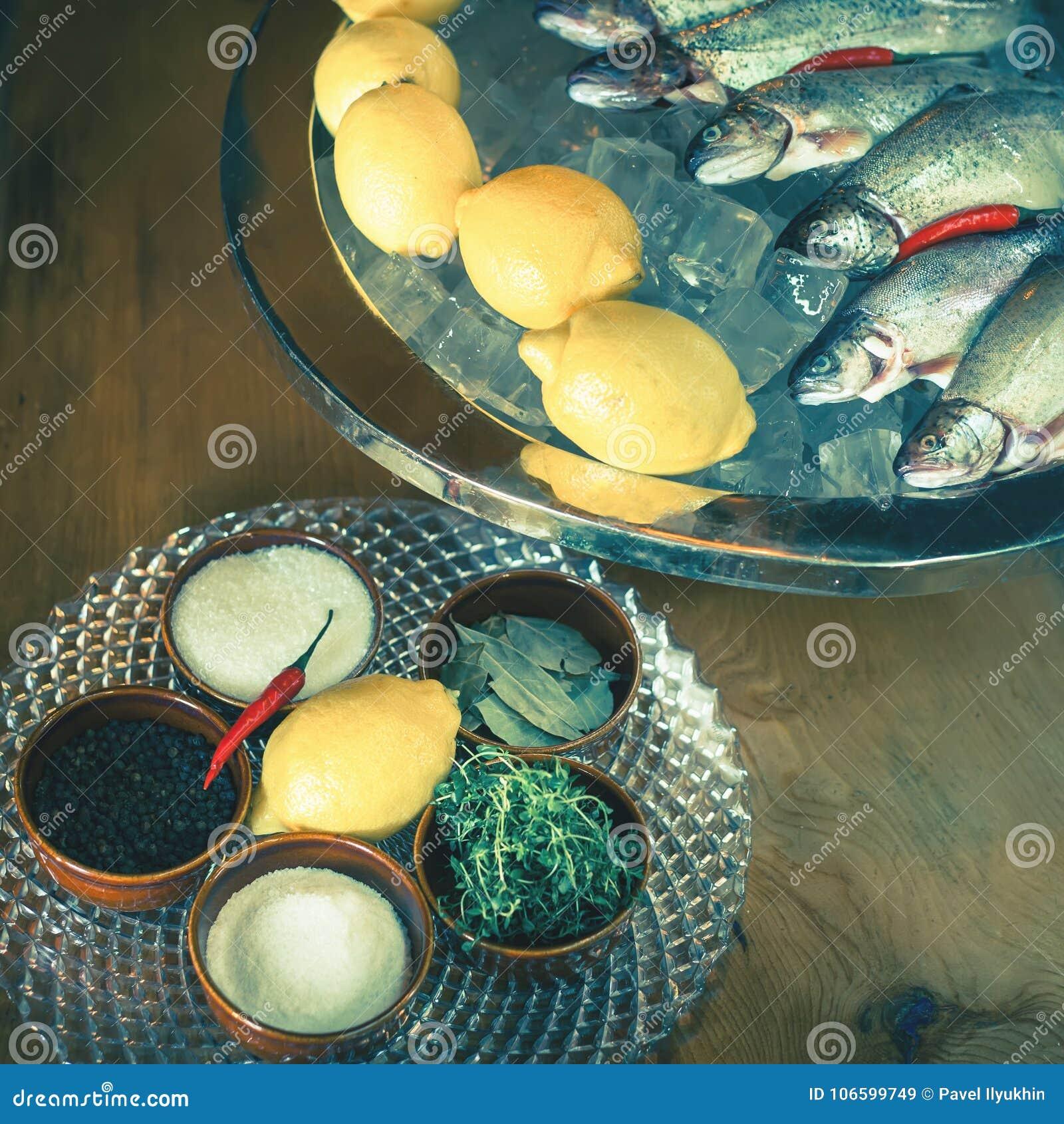 Ingredientes Para Cocinar La Trucha, Pescado Del Río, Con El Limón Y Las  Especias