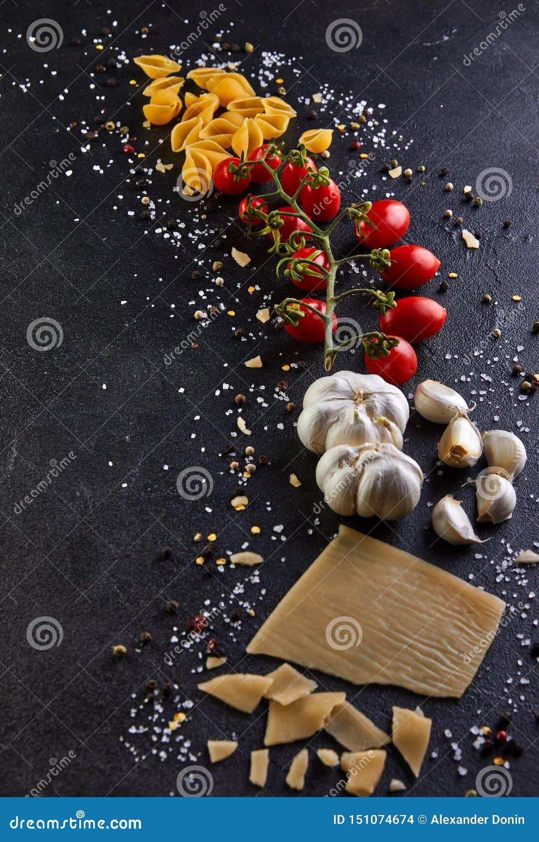Ingredientes para cozinhar a massa em um fundo preto