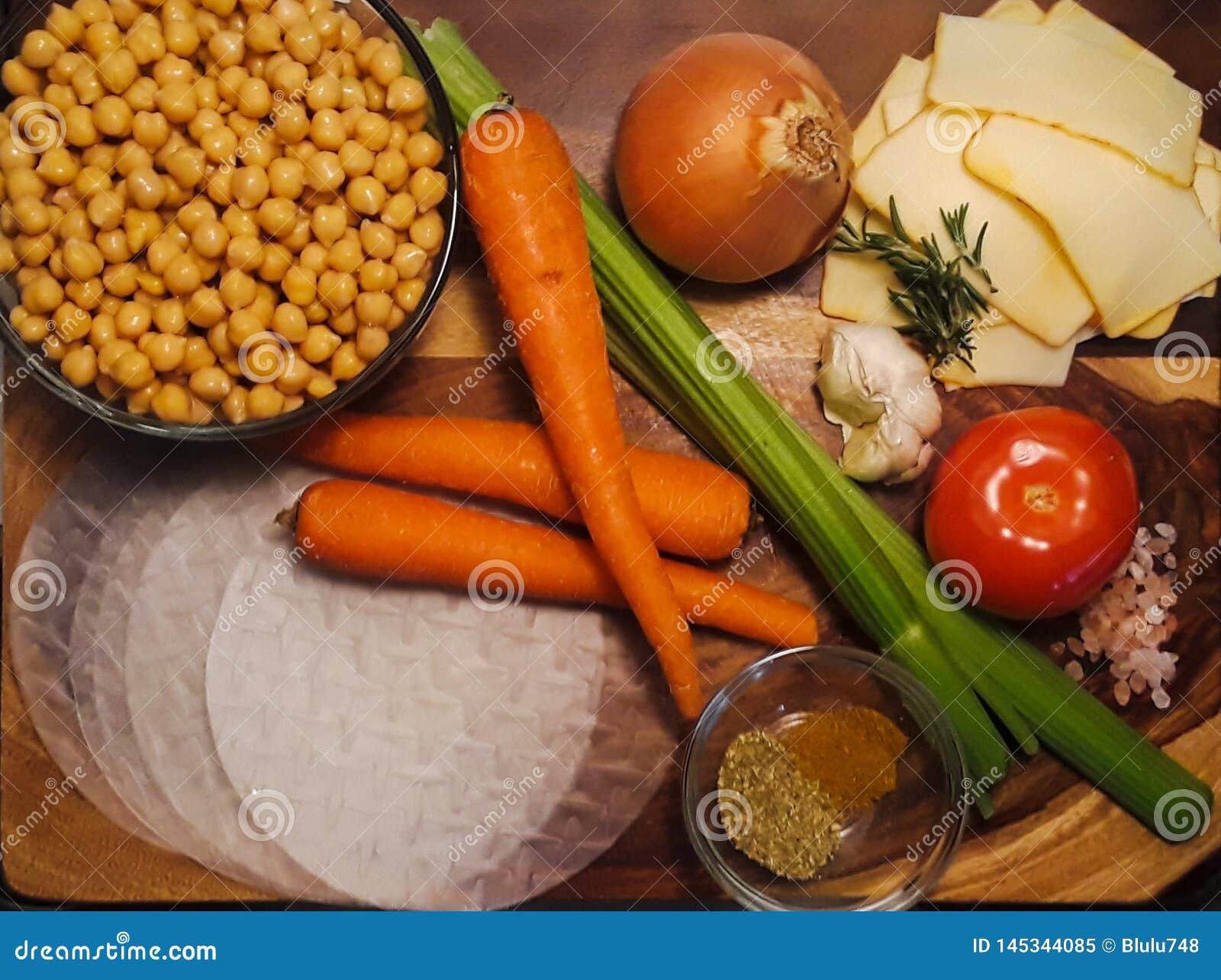 Ingredientes para la primavera Rolls del curry del garbanzo