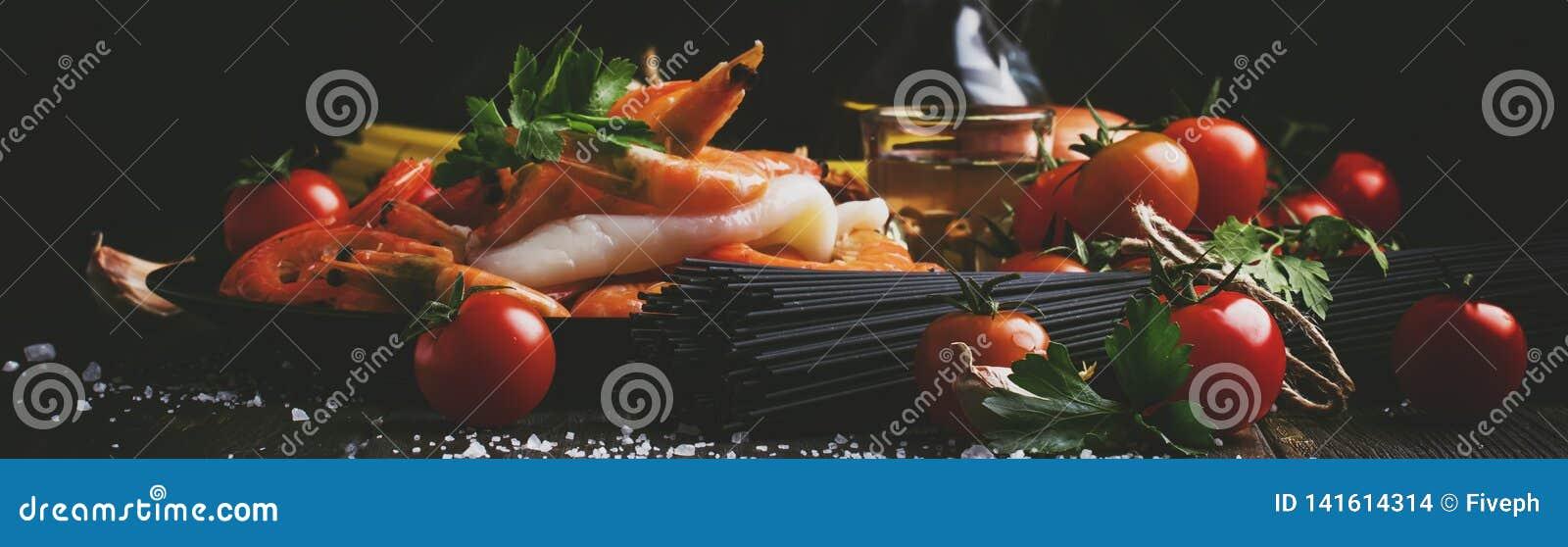 Ingredientes para a massa do preto da preparação com marisco, tomates e vinho seco branco, alimento preto que cozinha o fundo, ai