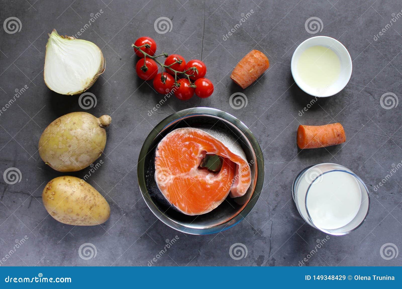 Ingredientes para a sopa dos peixes: salm?es, cebola, cenoura, batata, tomates de cereja, creme, azeite
