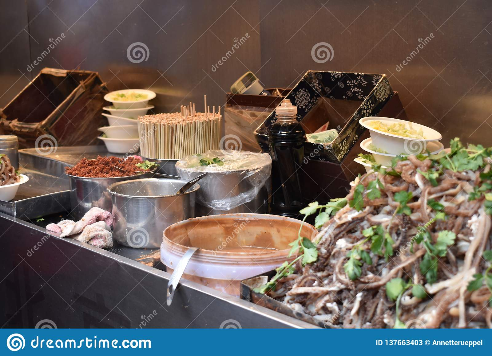Ingredientes para uma sopa chinesa com carne de carne de porco em um mercado chinês local no Pequim