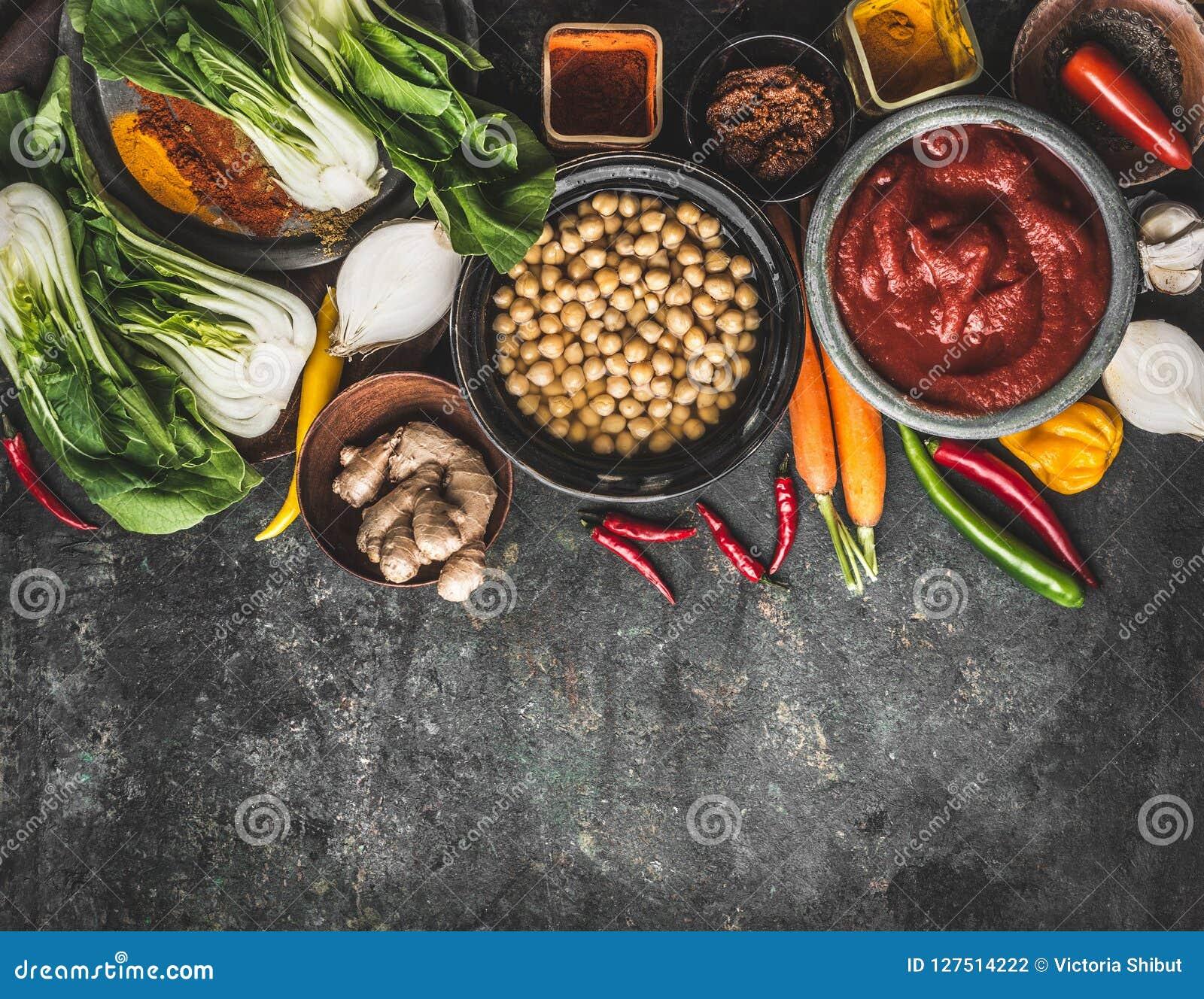 Ingredienti alimentari del vegetariano e del vegano: ceci, erbe, spezie, zenzero e cavolo cinese su fondo rustico, vista superior