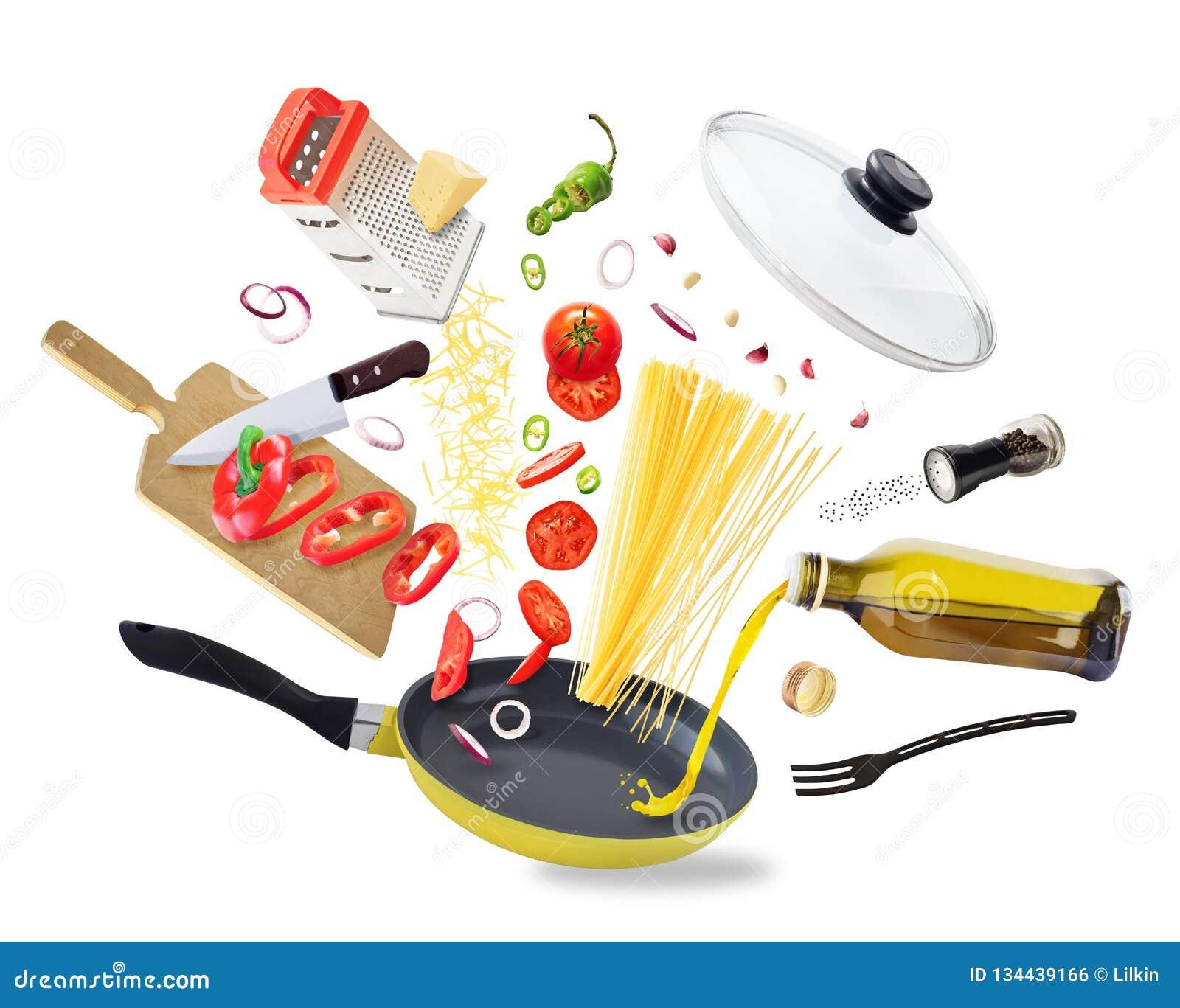 Ingredienti alimentari volanti che cadono nella padella