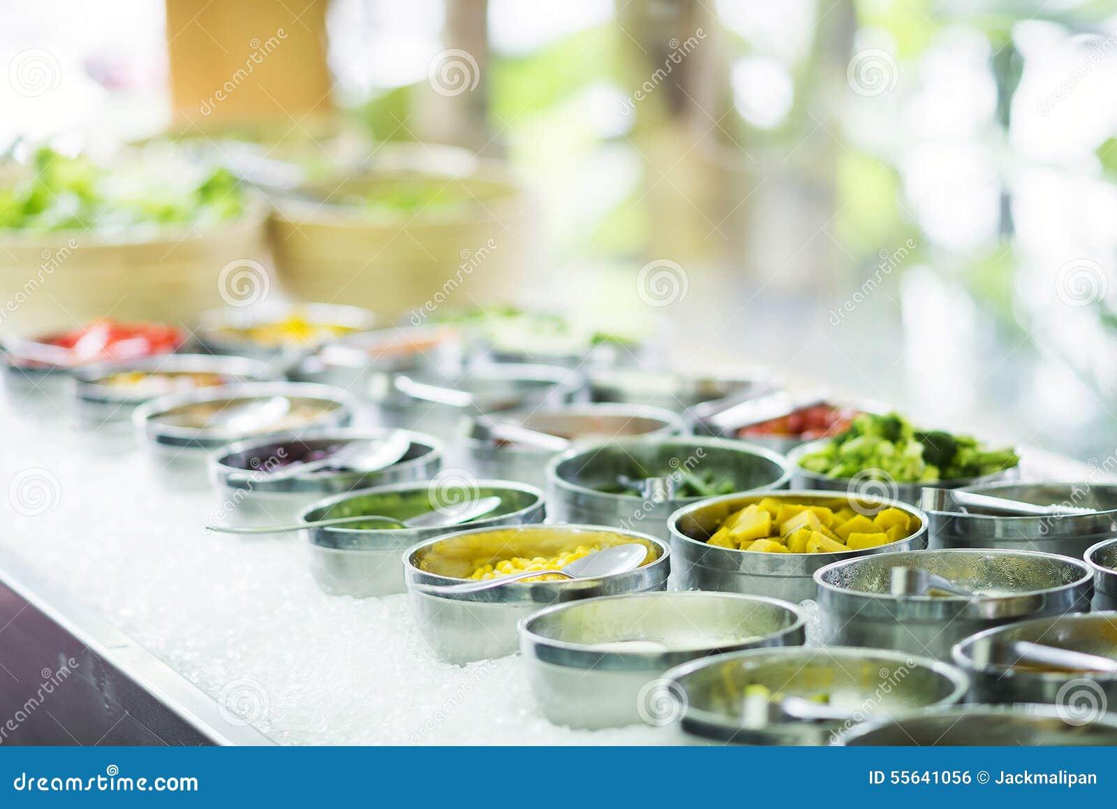 Buffet Di Insalate Miste : Ingredienti di verdure misti nell esposizione della barra di