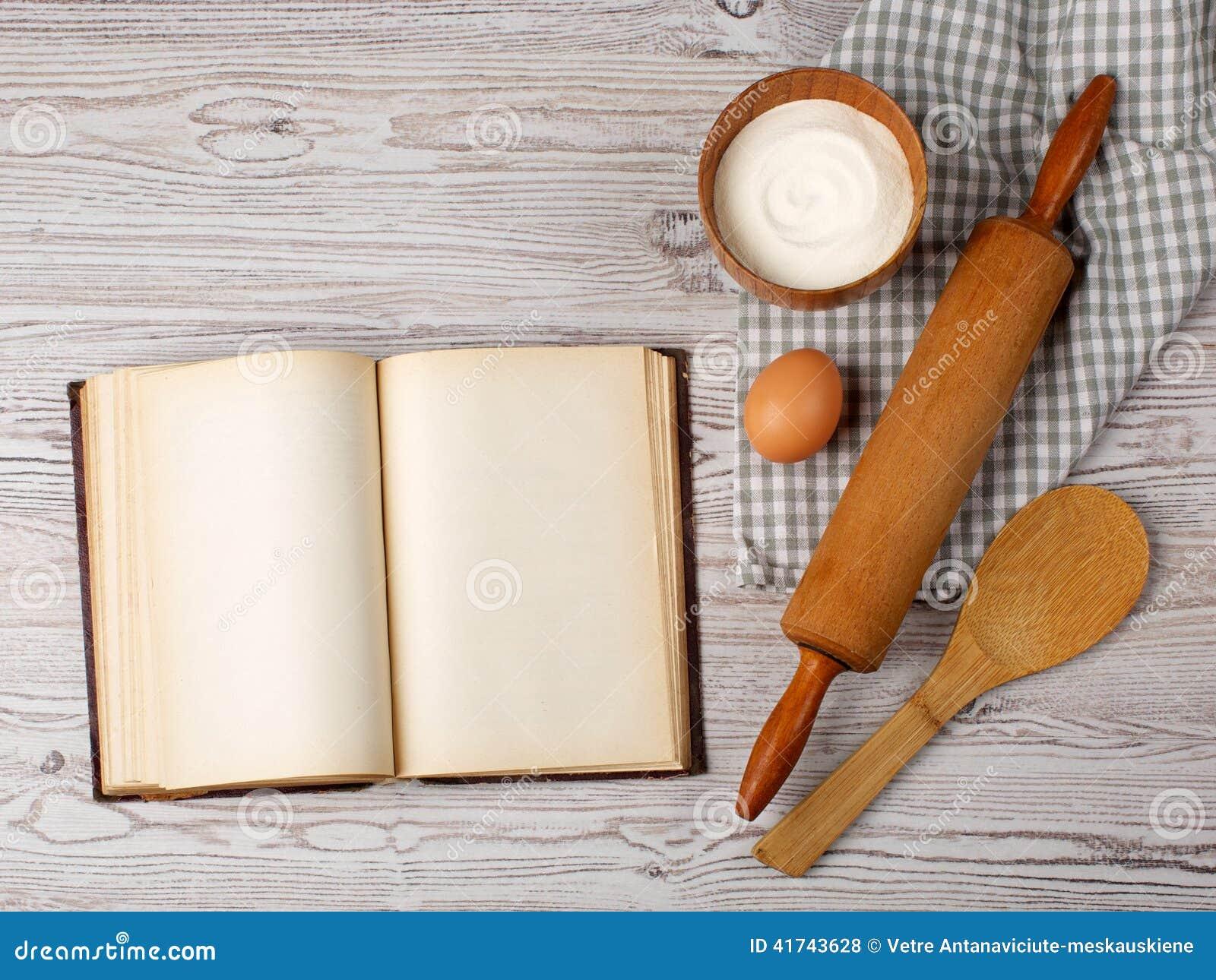 Ingredienti e strumenti della cucina con il vecchio blan - Strumenti da cucina ...