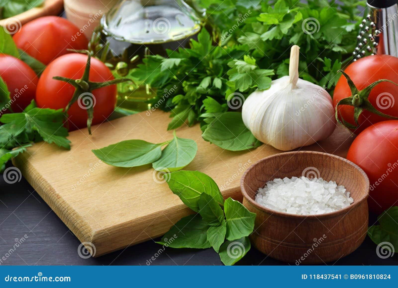 Ingredienti freschi differenti per la cottura della pasta italiana, spaghetti