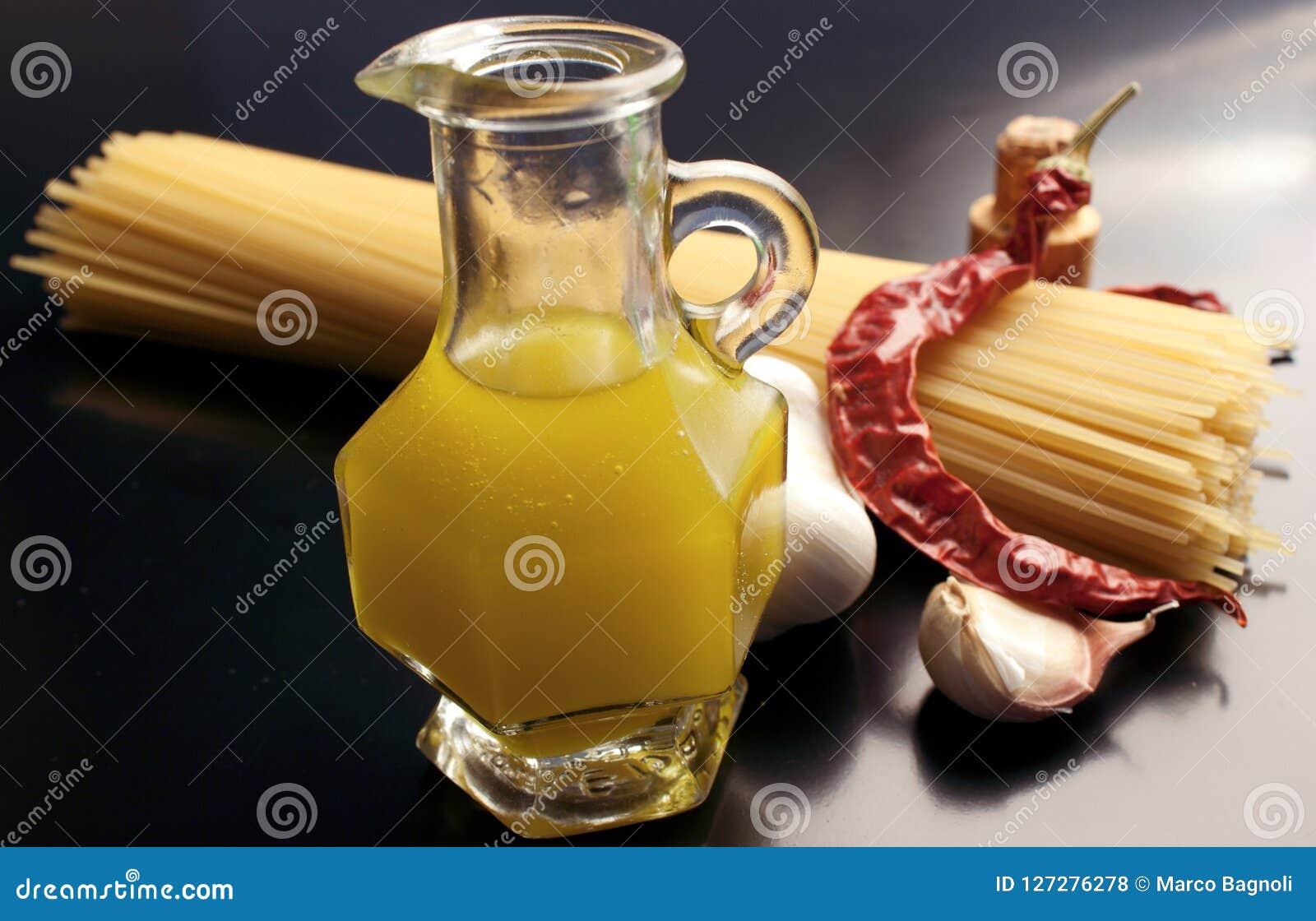 Ingredienti per gli spaghetti del `, aglio, ` di peperoncino dell olio e