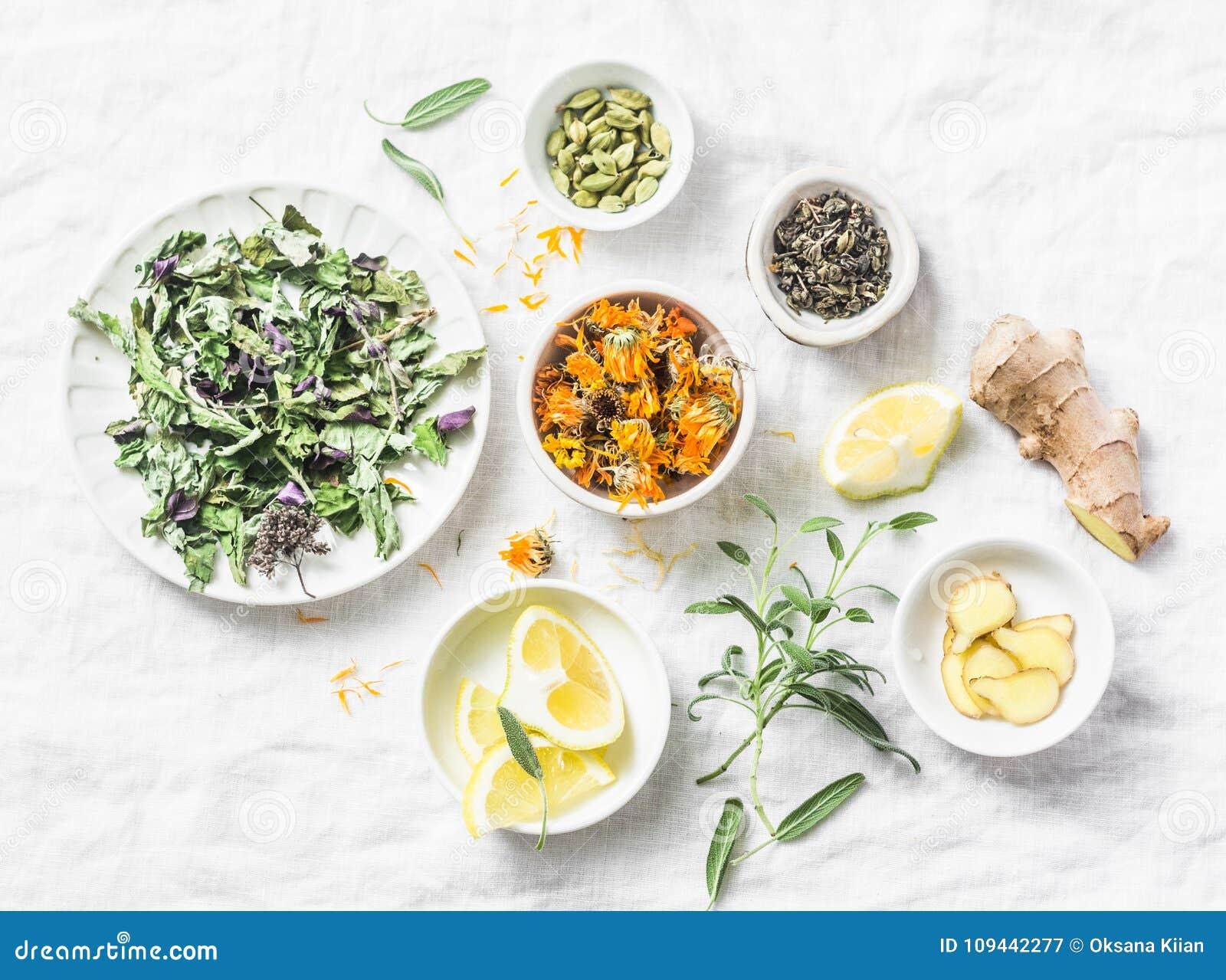Ingredienti per il tè antiossidante su un fondo leggero, vista superiore della disintossicazione del fegato Erbe asciutte, radici