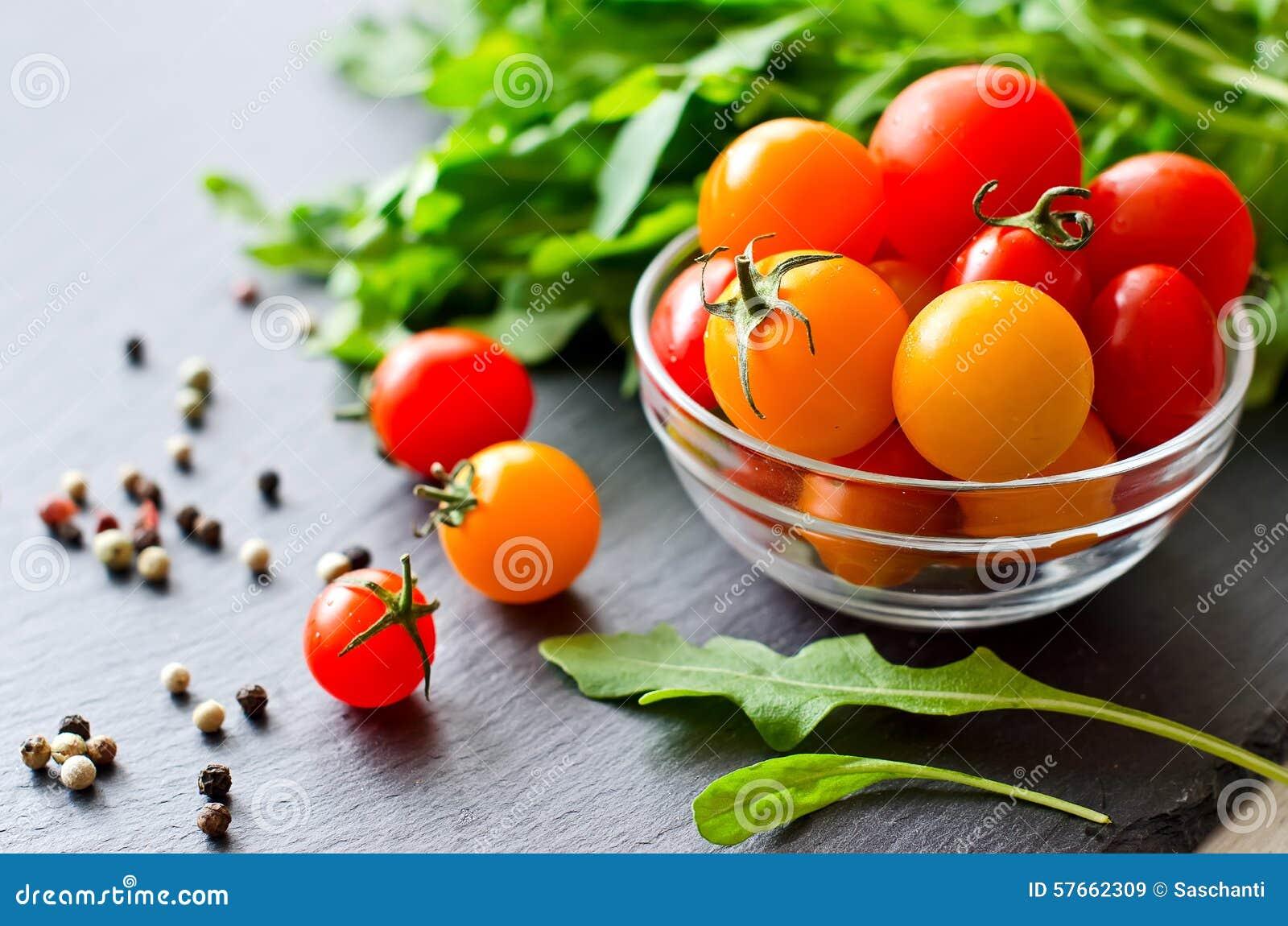 Ingredienti per la cottura con i pomodori ciliegia