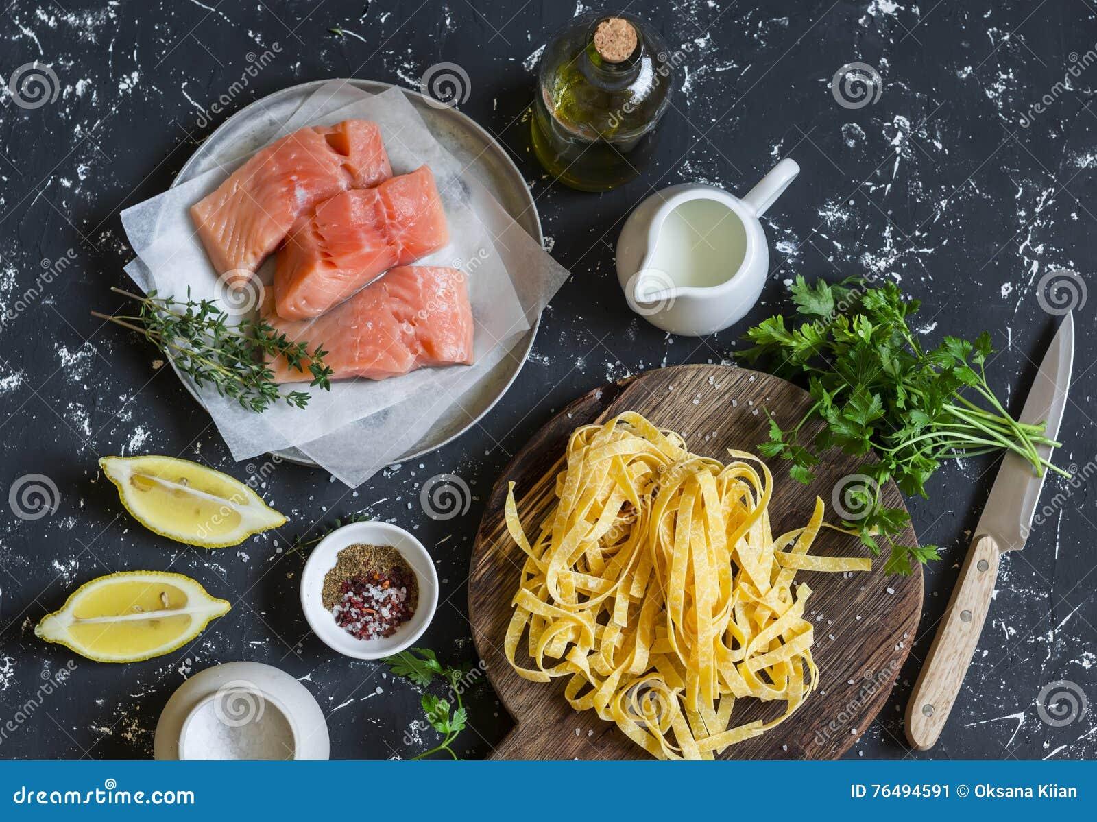 Ingredienti per la cottura del pranzo - salmone crudo, tagliatelle asciutte della pasta, crema, olio d oliva, spezie ed erbe Su u