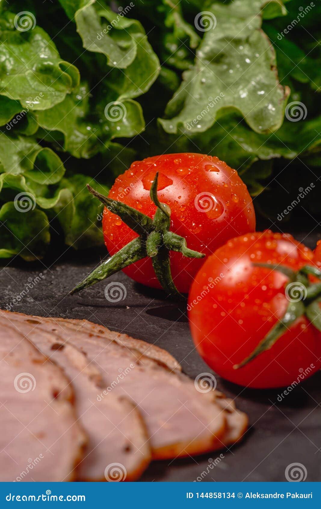 Ingredienti per la cottura della Bruschetta italiana sulla tavola scura E