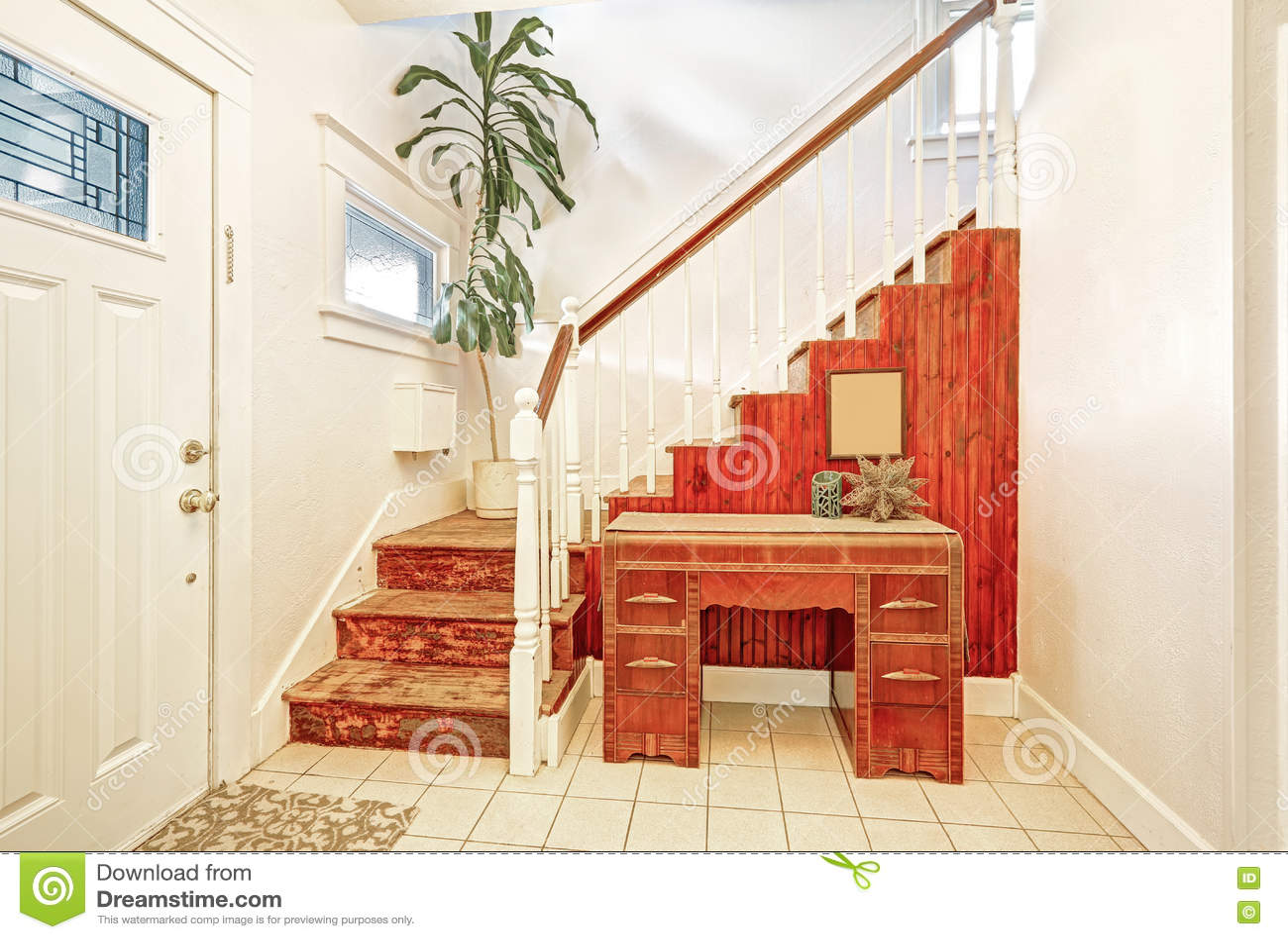 Ingresso con la tavola di console della pavimentazione in piastrelle