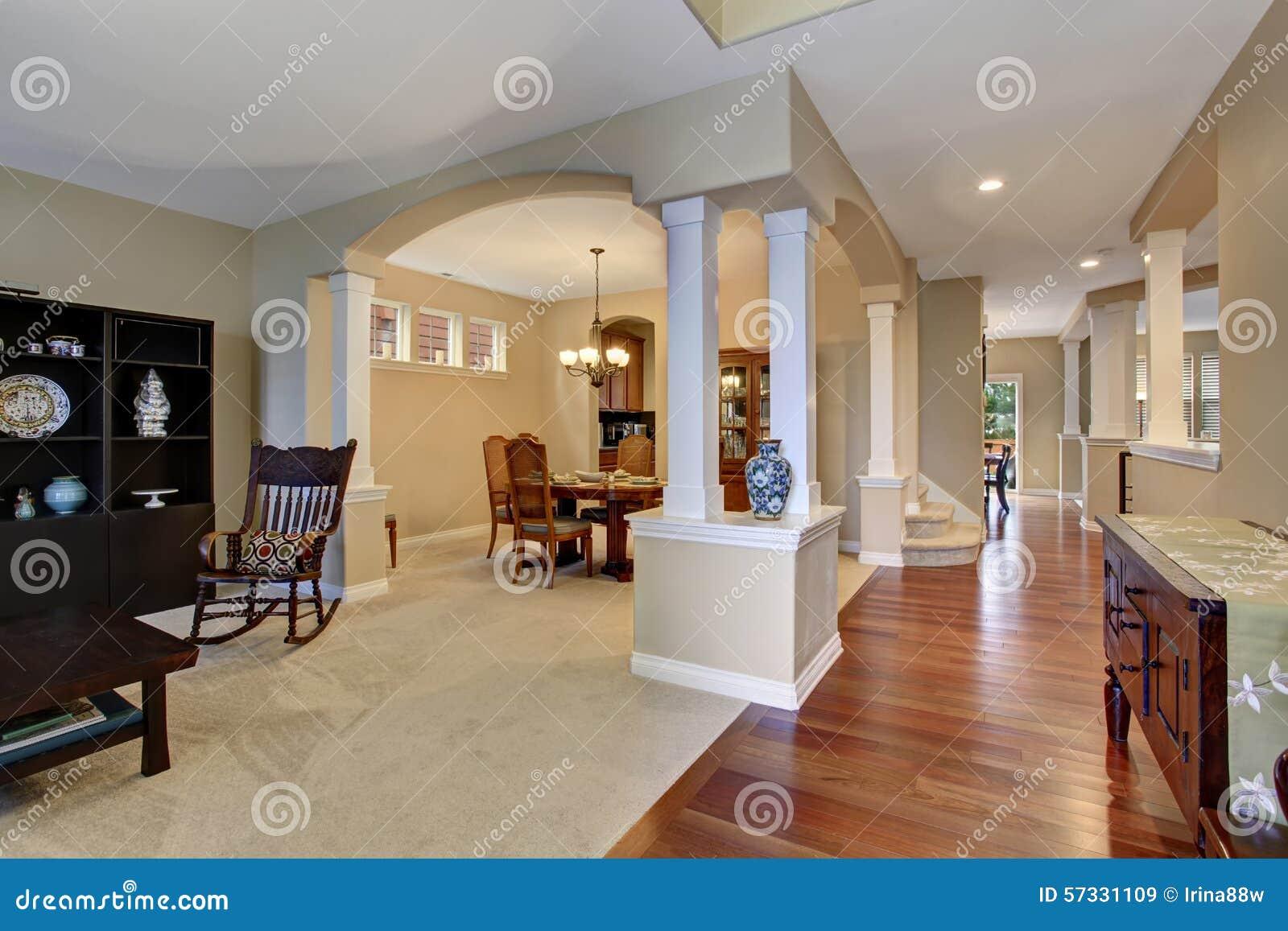 Ingresso elegante con tappeto ed il pavimento di legno for Ingresso anteriore del mudroom