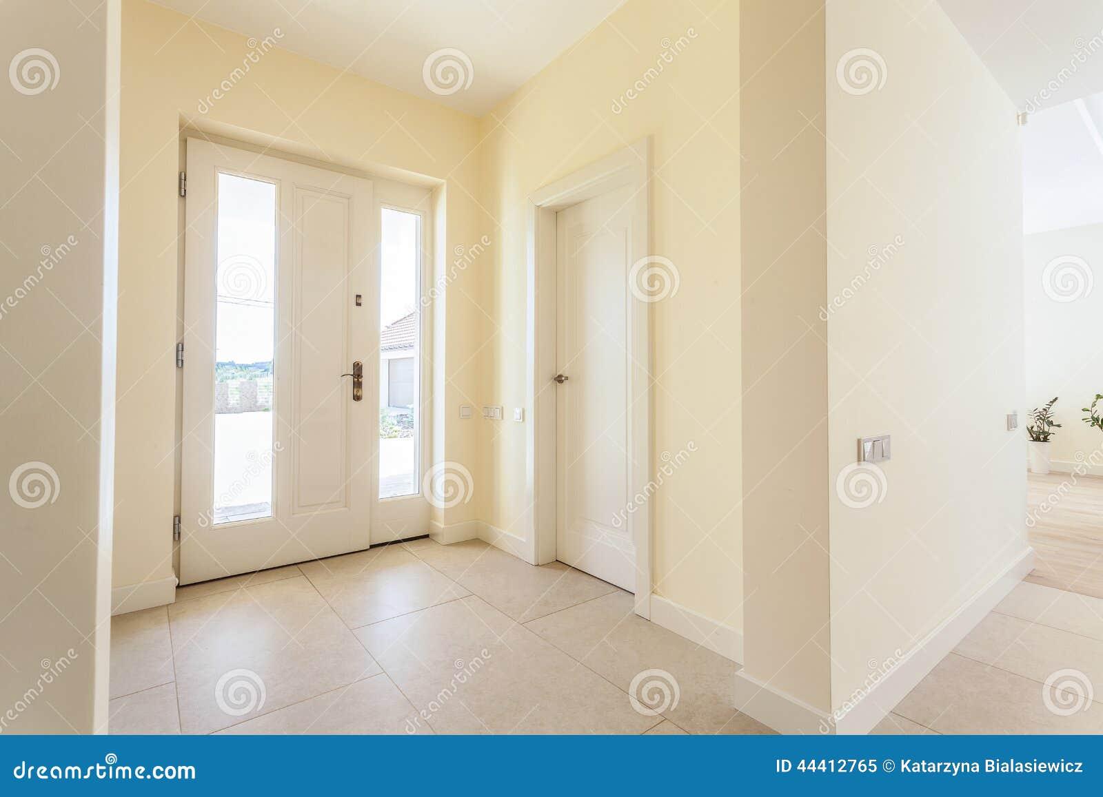Ingresso luminoso in casa moderna immagine stock for Idee ingresso casa moderna