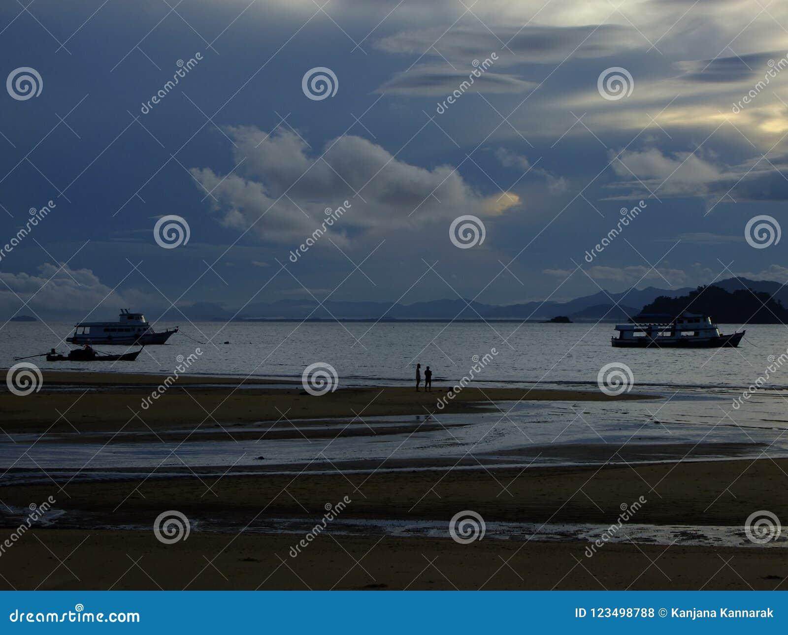 Inhalieren Sie die Morgenluft am Strand