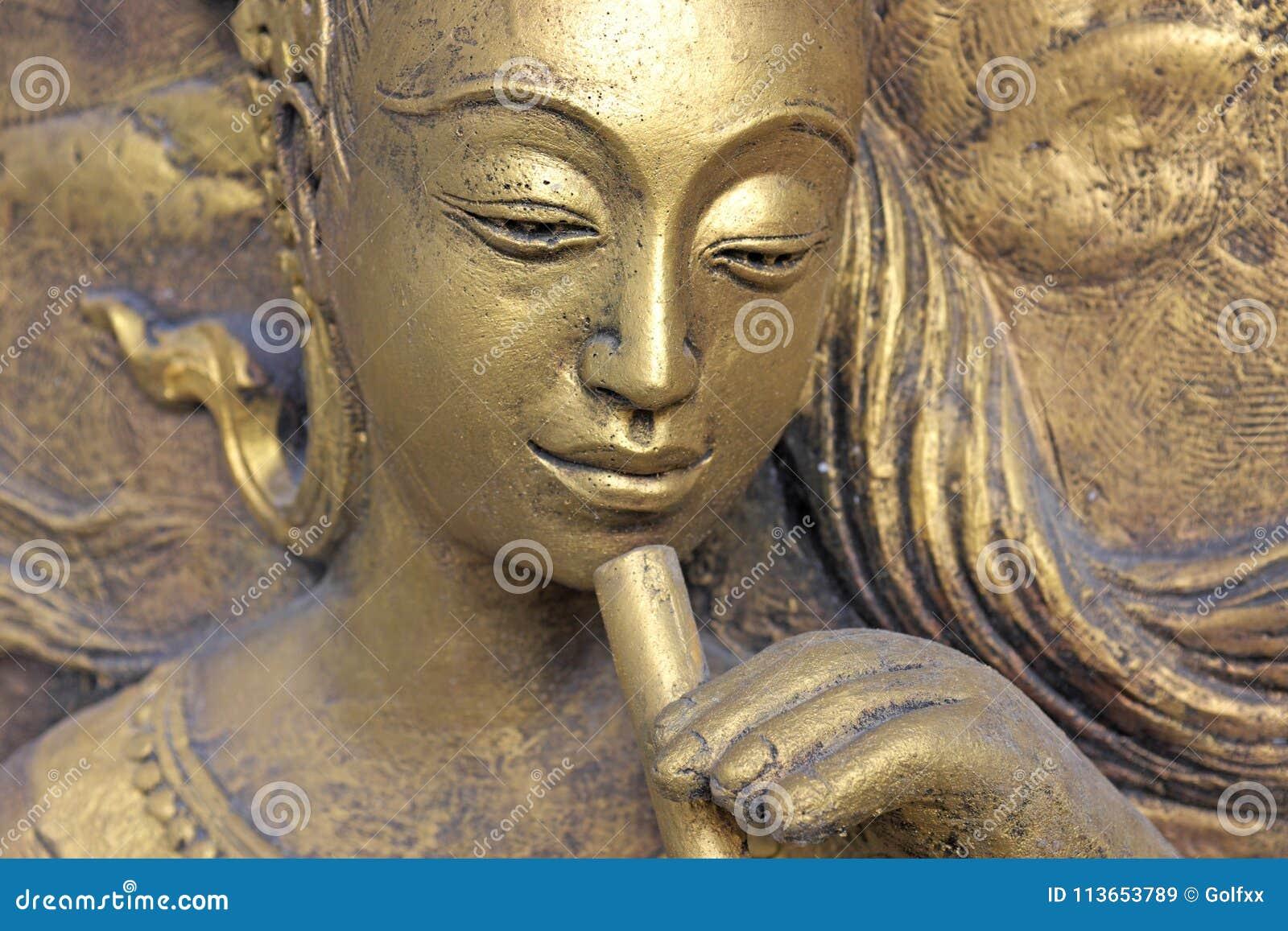 Inheems cultuur Thais beeldhouwwerk op de tempelmuur