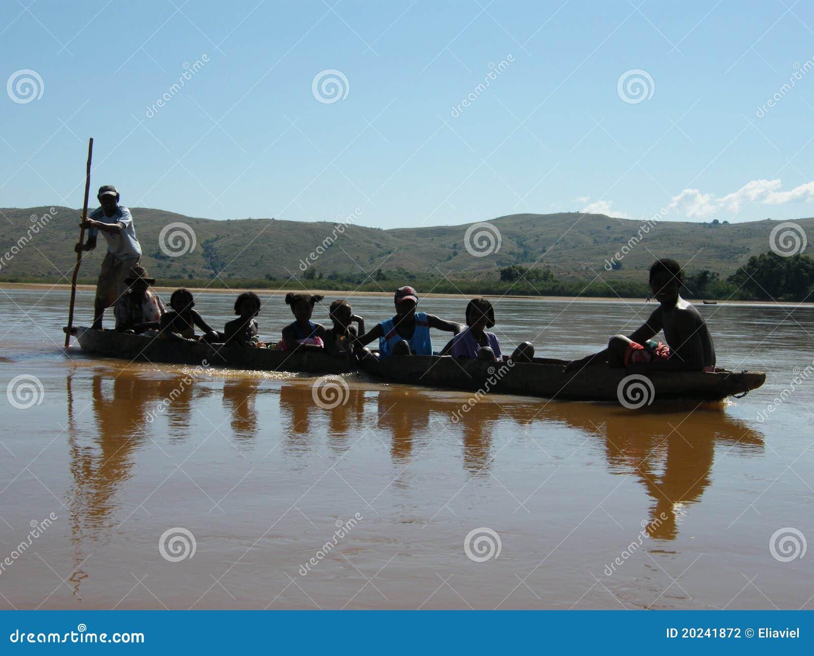 Inheemse mensen die van madagascar rivier kruisen redactionele