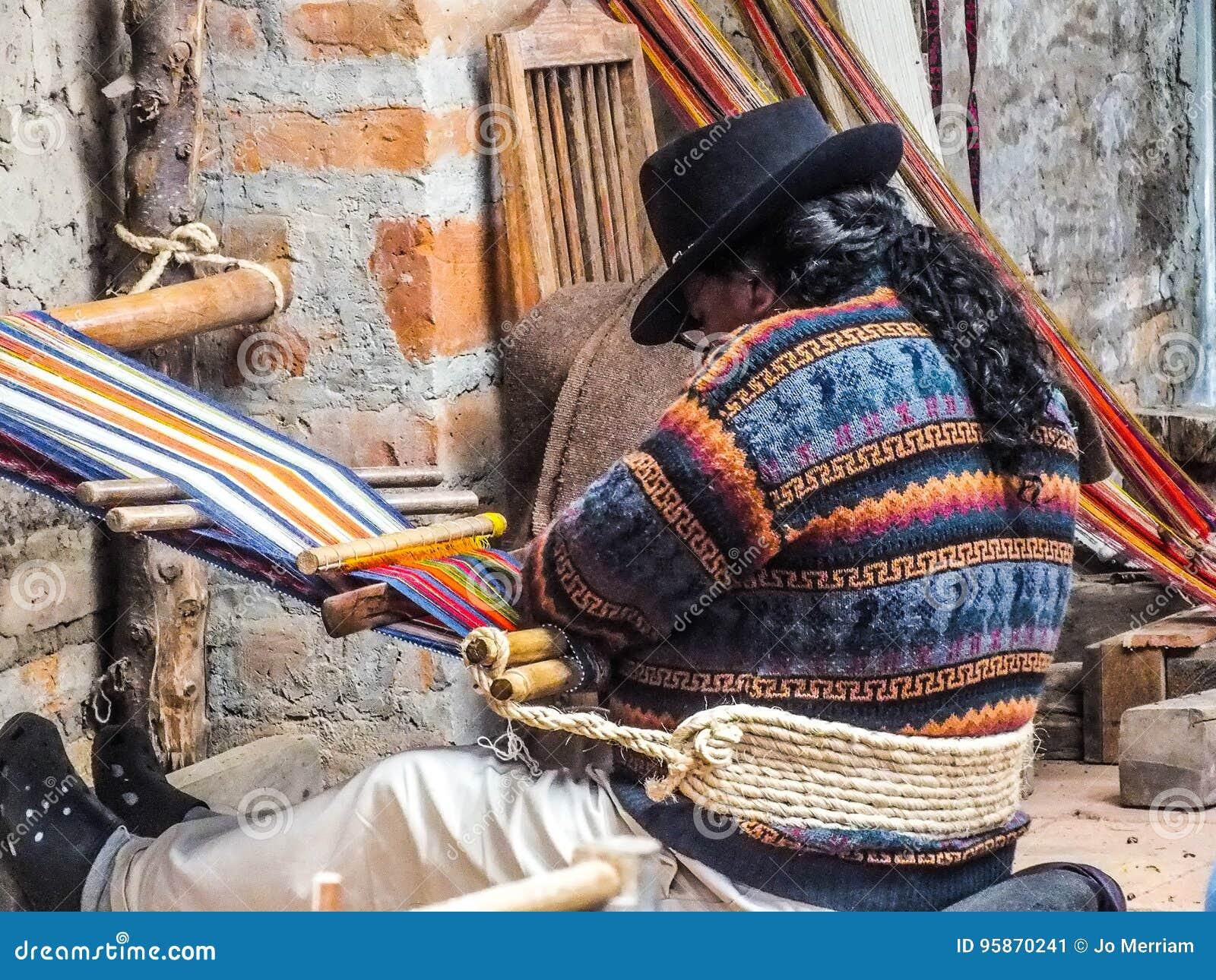 Inheemse Quechua Mensen Wevende Stof op een Backstrap-Weefgetouw