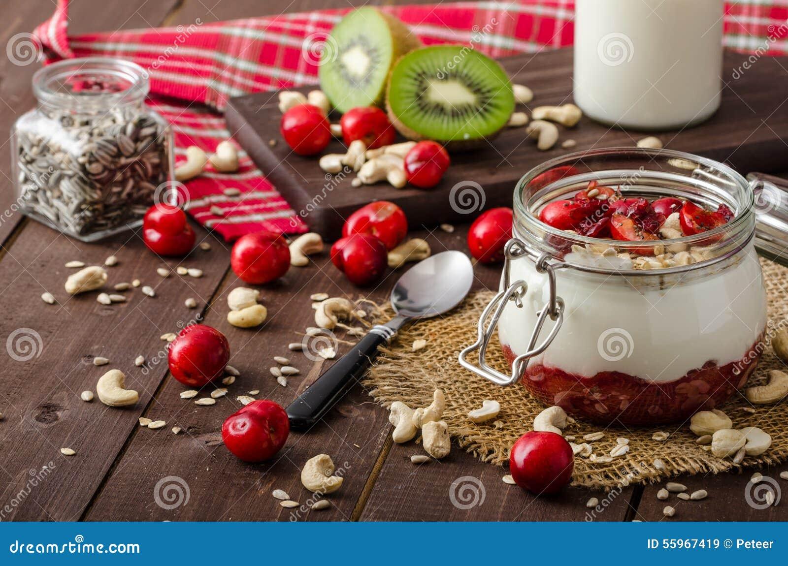 Inhemsk körsbärsröd yoghurt