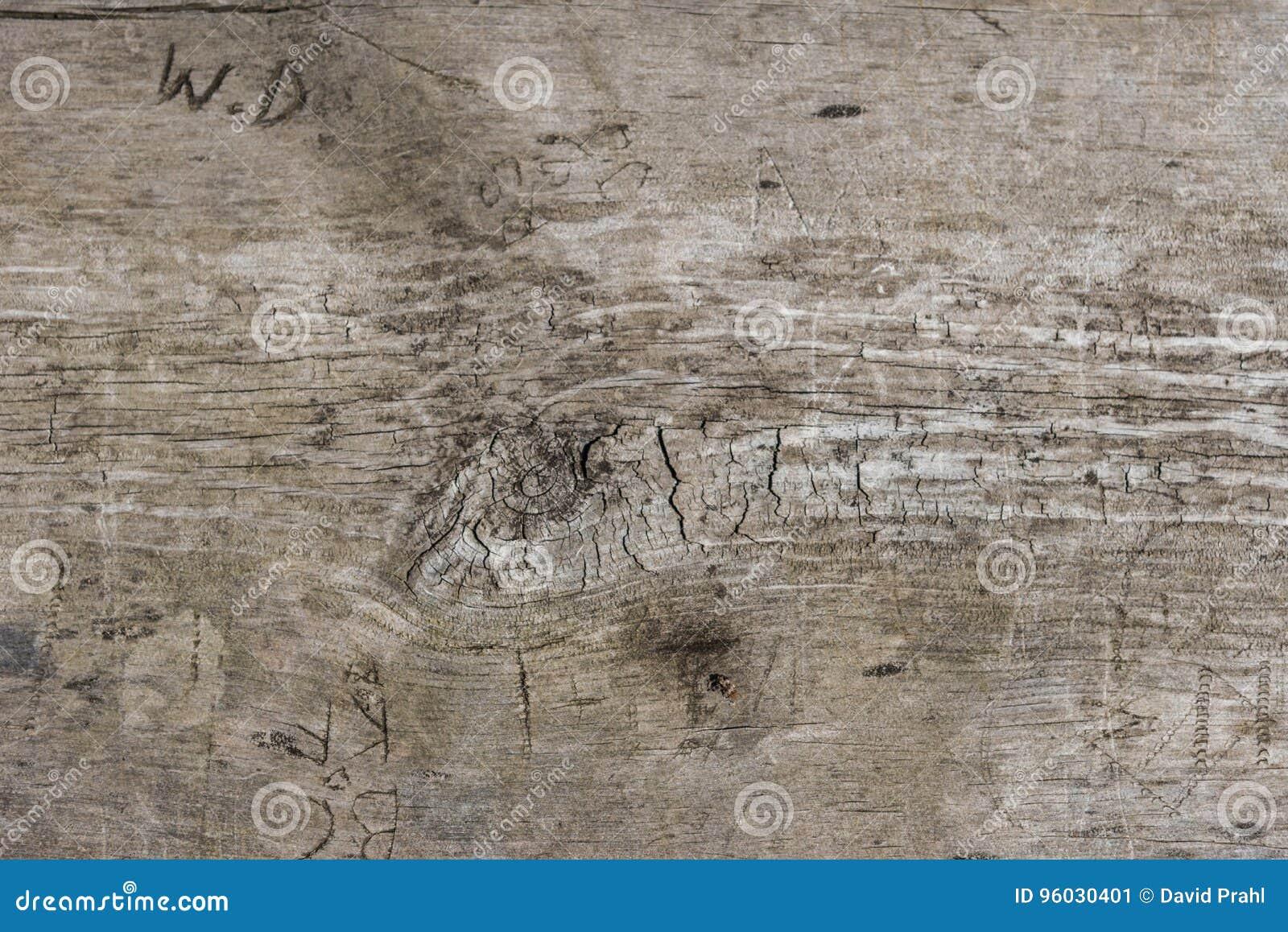 Inicjały rzeźbili w drewnianą ławkę