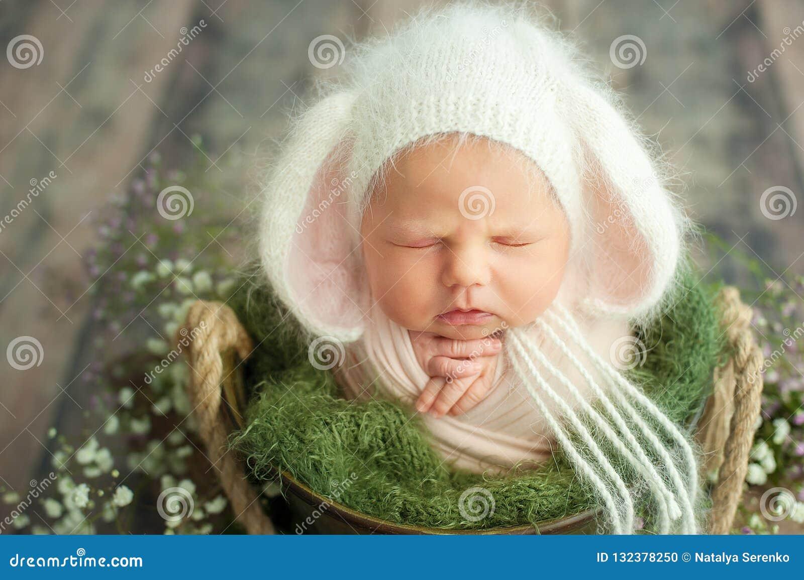 Inizio della vita e del concetto magico leggiadramente felice di infanzia Il neonato sorridente di 10 giorni sta dormendo sul fon