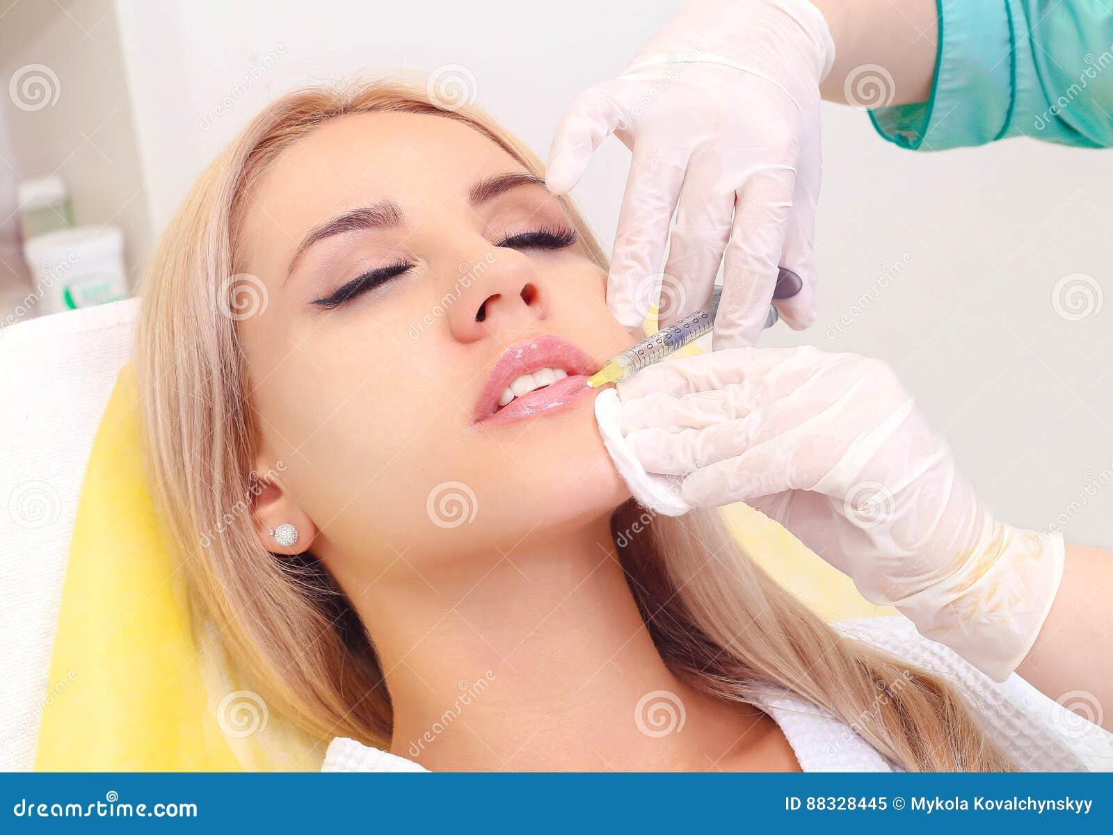 Injektion i hennes kanter och framsida