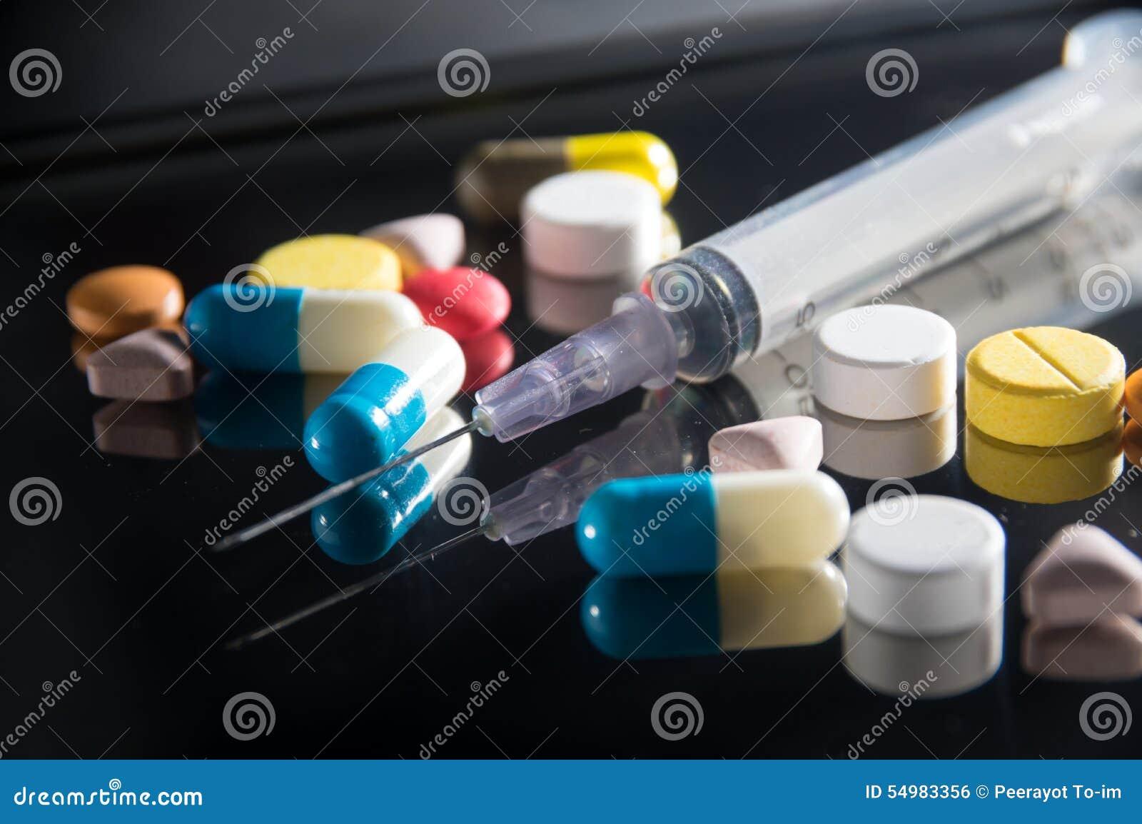 Injektionsspruta med den medicinpreventivpillerar och kapseln