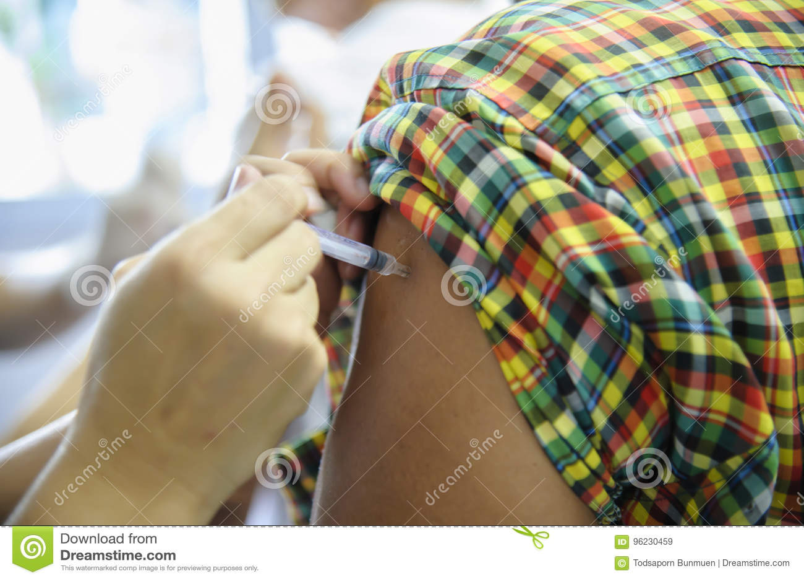 Injicerar den vaccinera injektionen för immunisering, doktor vaccinen till den tålmodiga armen