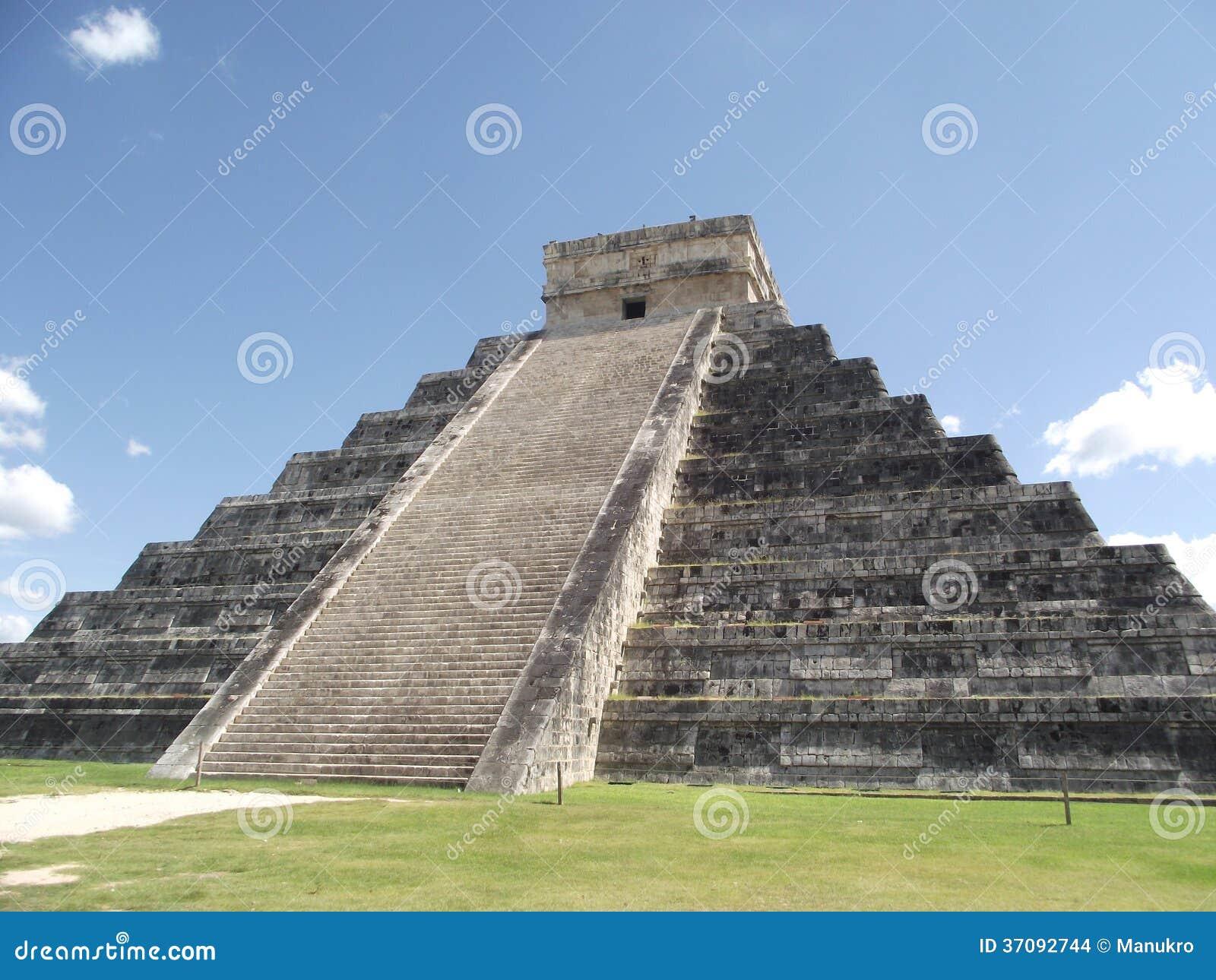 Download Inka Ostrosłup Wewnątrz Chitchen Itza Zdjęcie Stock - Obraz złożonej z ruina, świątynia: 37092744
