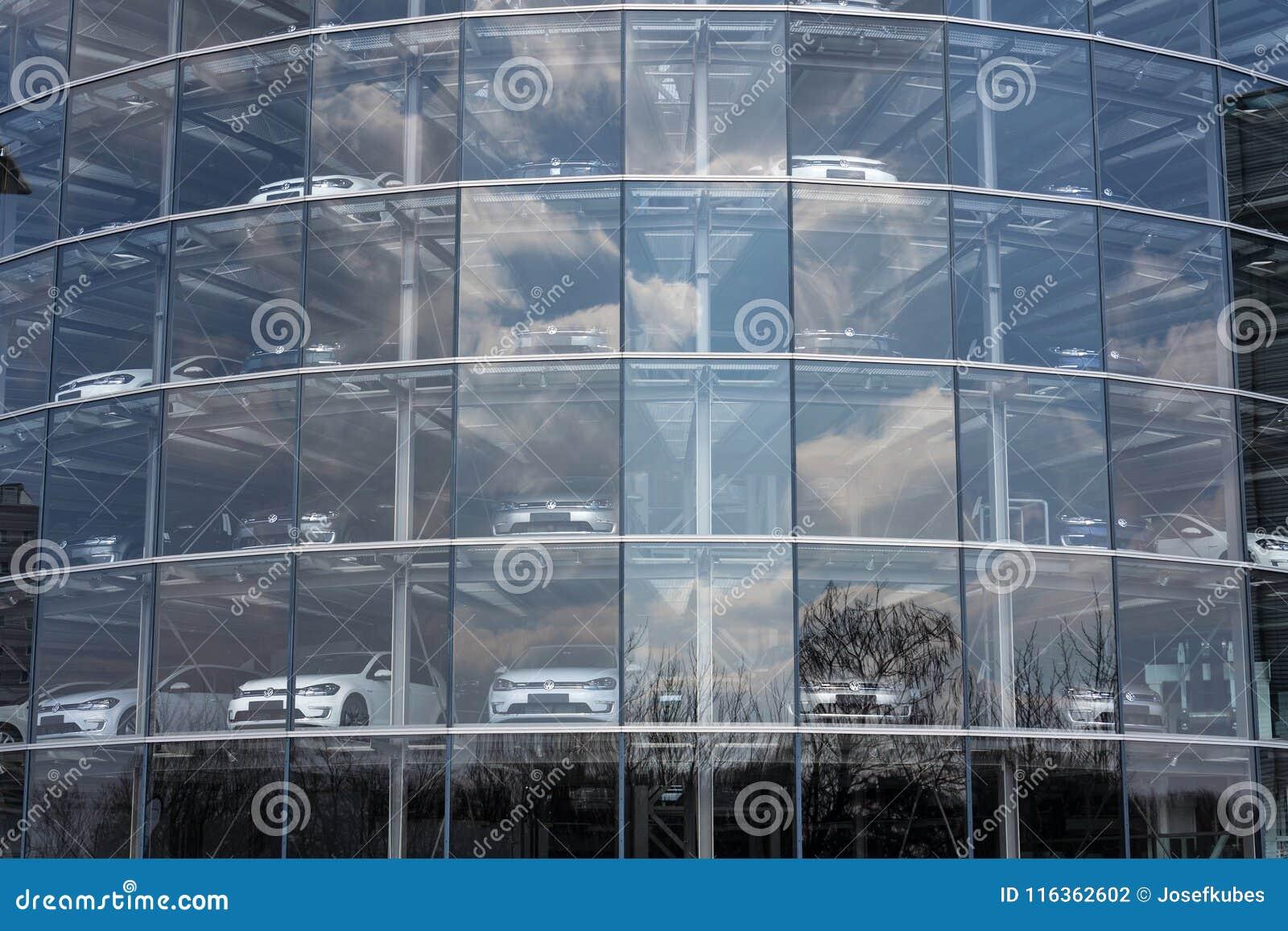Inkopplingshybrid- Volkswagen e-golf elbilar står bak exponeringsglas i Glasernen Manufaktur - den genomskinliga fabriken, Dresde