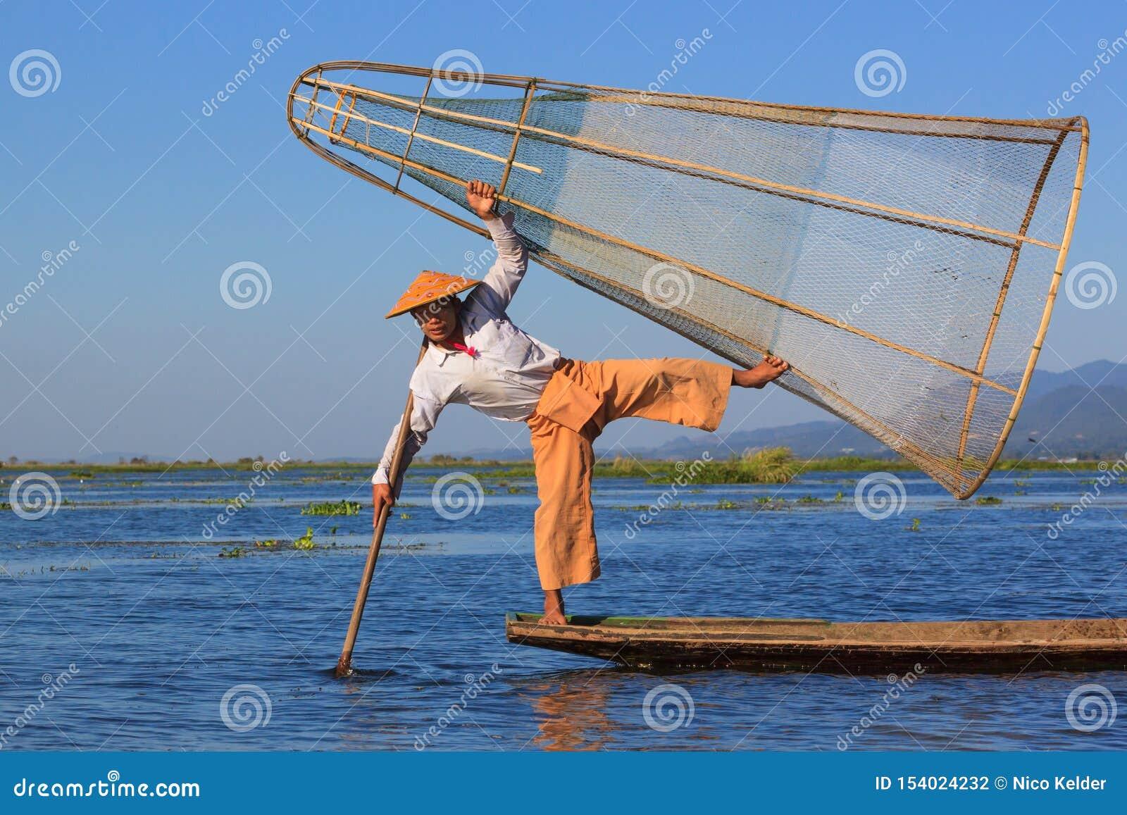Inle湖,缅甸,2018年11月20日-为游人打扮的渔夫,地方渔夫不象这样穿戴也不钓鱼