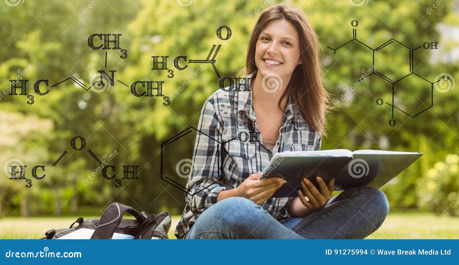 Innehavbok för kvinnlig student med formler i förgrund