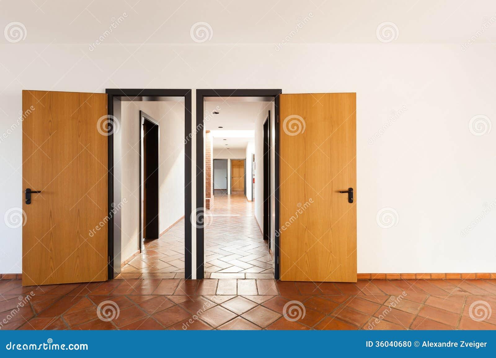 Innen Leerer Raum Mit Zwei Turen Stockfoto Bild Von Haupt Raum