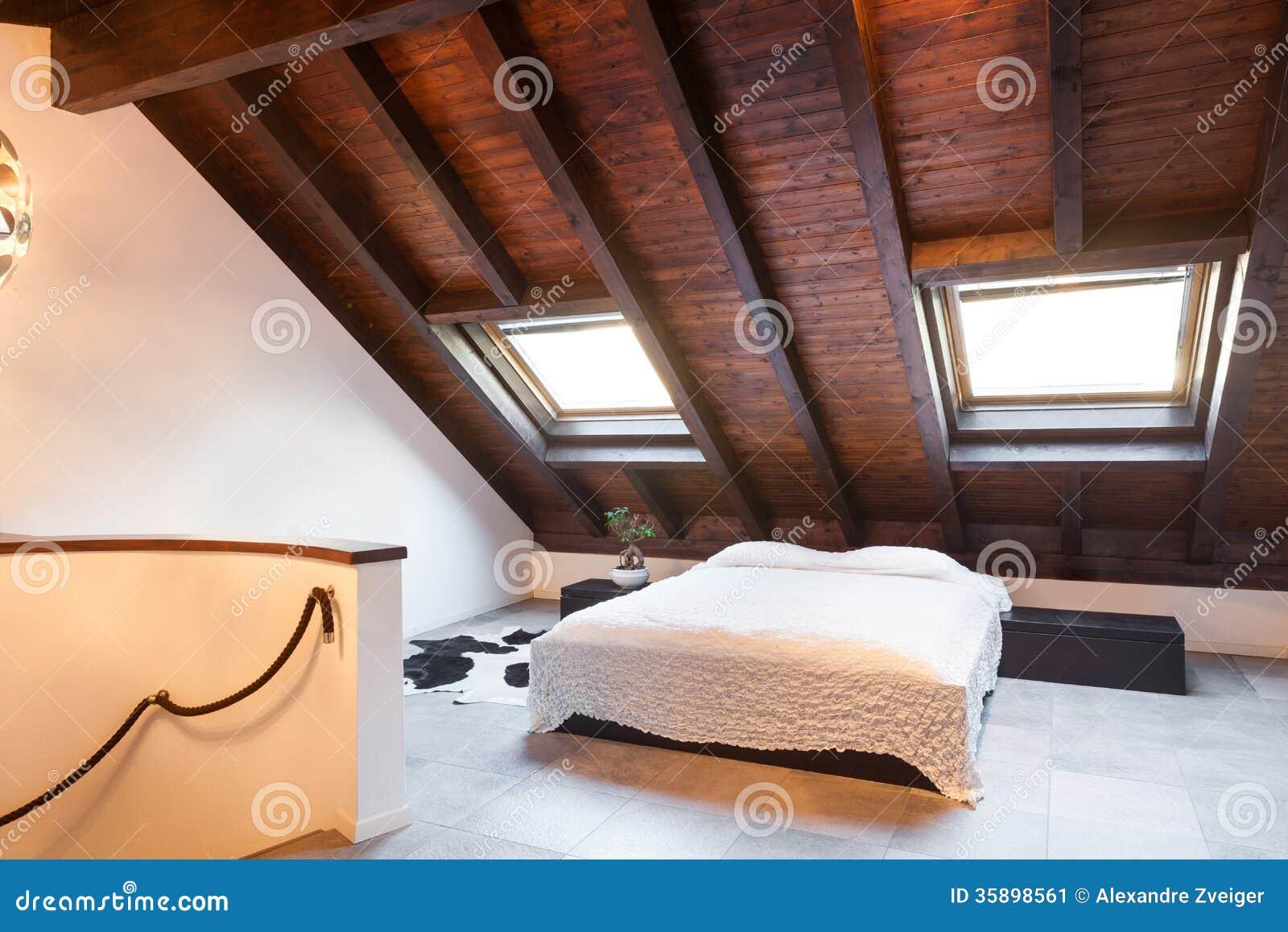Innen-, schöner Dachboden stockbild. Bild von innen, chalet - 35898561