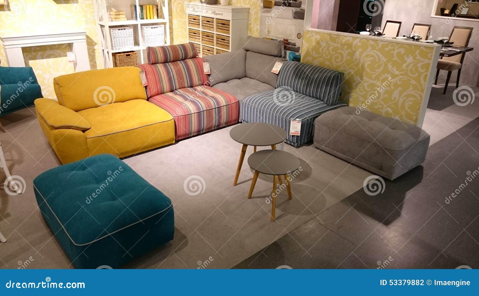 Innenarchitektur: Bunte Couch Und Couchtisch Redaktionelles ...