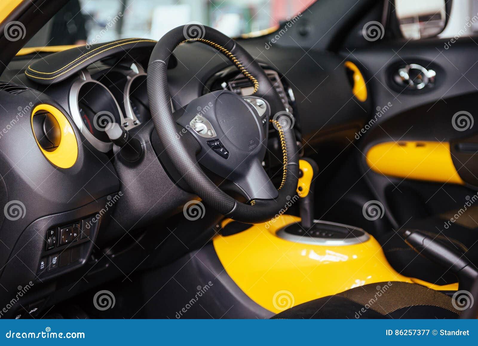 Innenarmaturenbrett des modernen autos und lenkrad stockbild