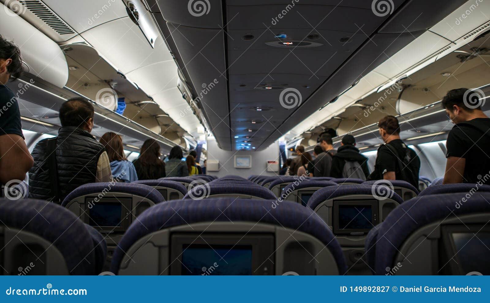 Innenflugzeug, Passagiere im Gang gehen von Flugzeug weggehen